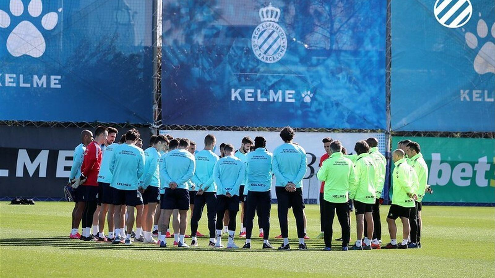 La plantilla de l'Espanyol, concentrada durant una xerrada en un entrenament