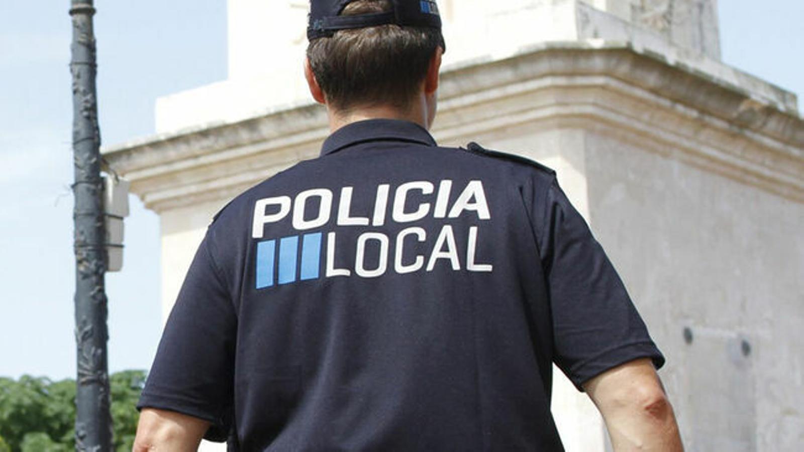 Un policia local de les Illes Balears en una imatge d'arxiu. / GEMMA ANDREU
