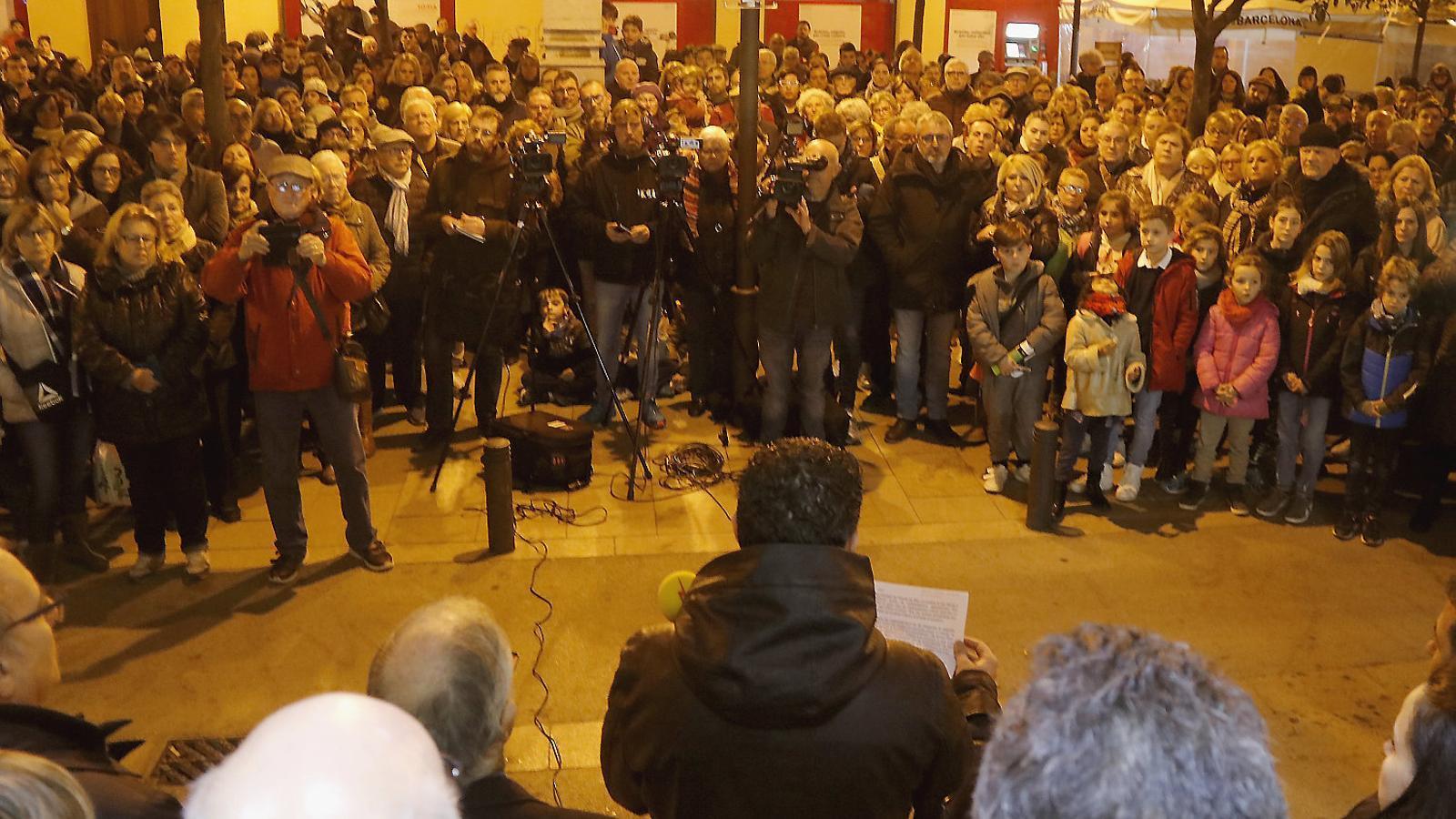 """Unes 300 persones es van concentrar ahir a Pineda com a mostra d'""""impotència i dolor"""" pel cas."""