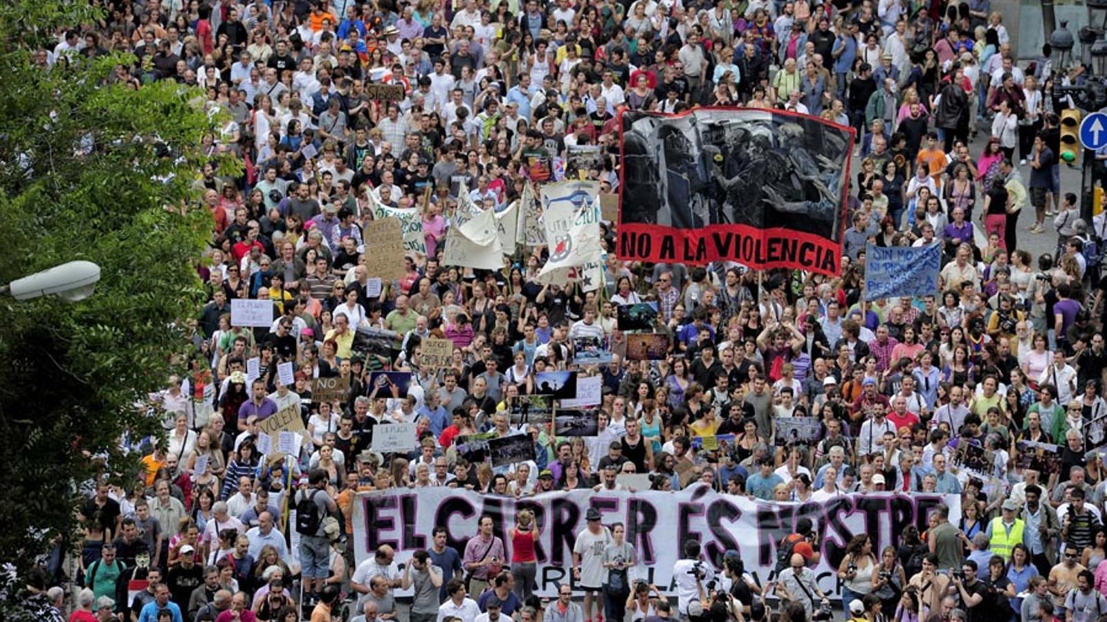 Massiva demostració de força dels 'indignats' als carrers de Barcelona. JOSEP LAGO/AFP
