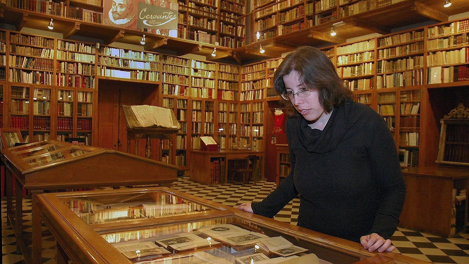 El fons cervantí de Miquel Mateu reuneix uns 5.000 volums, un miler dels quals són edicions d'El Quixot en diverses llengües. / JORDI CARRERAS