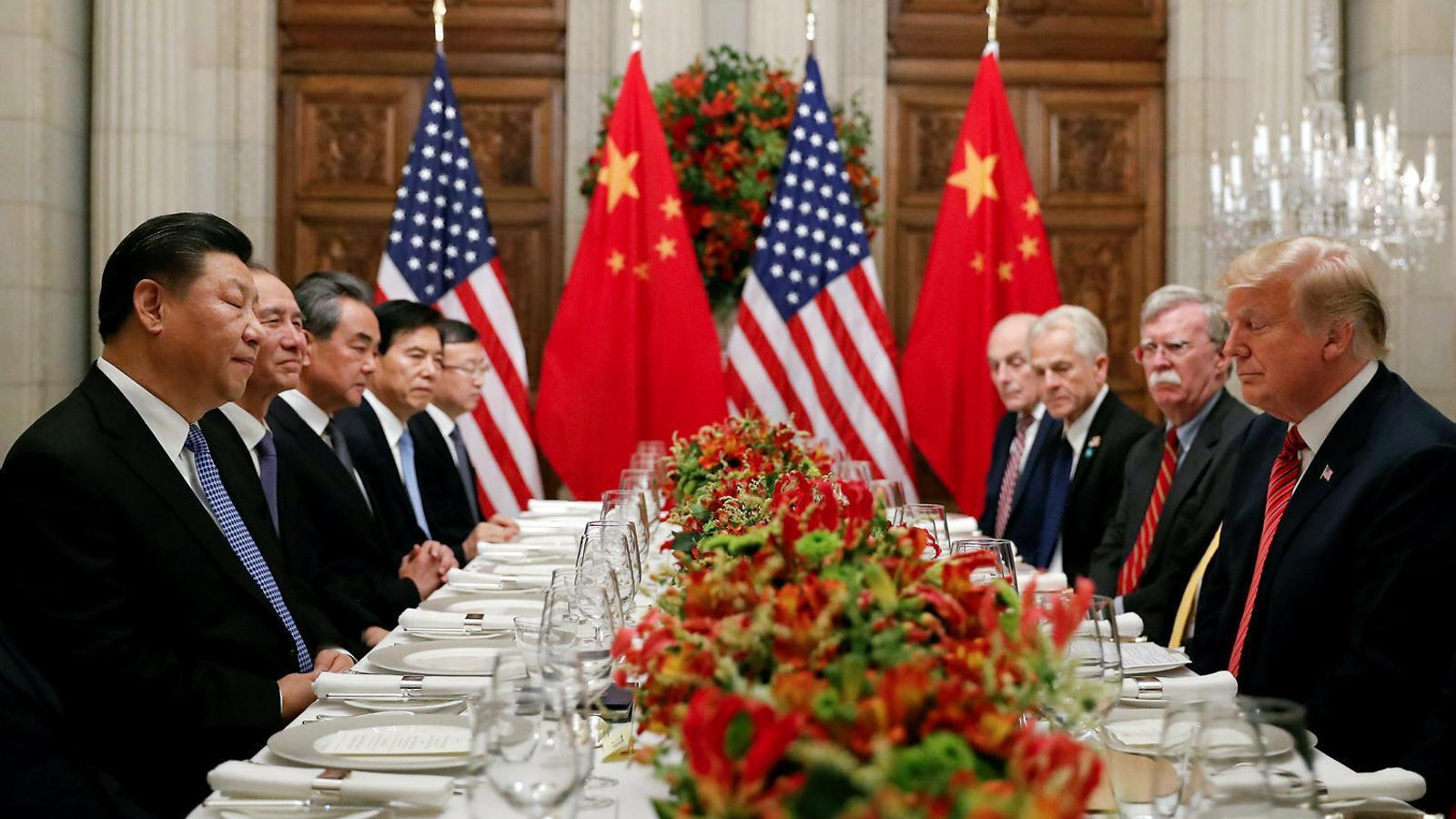 El president nord-americà, Donald Trump, i el xinès, Xi Jinping, cara a cara amb els seus equips durant una reunió del G20.