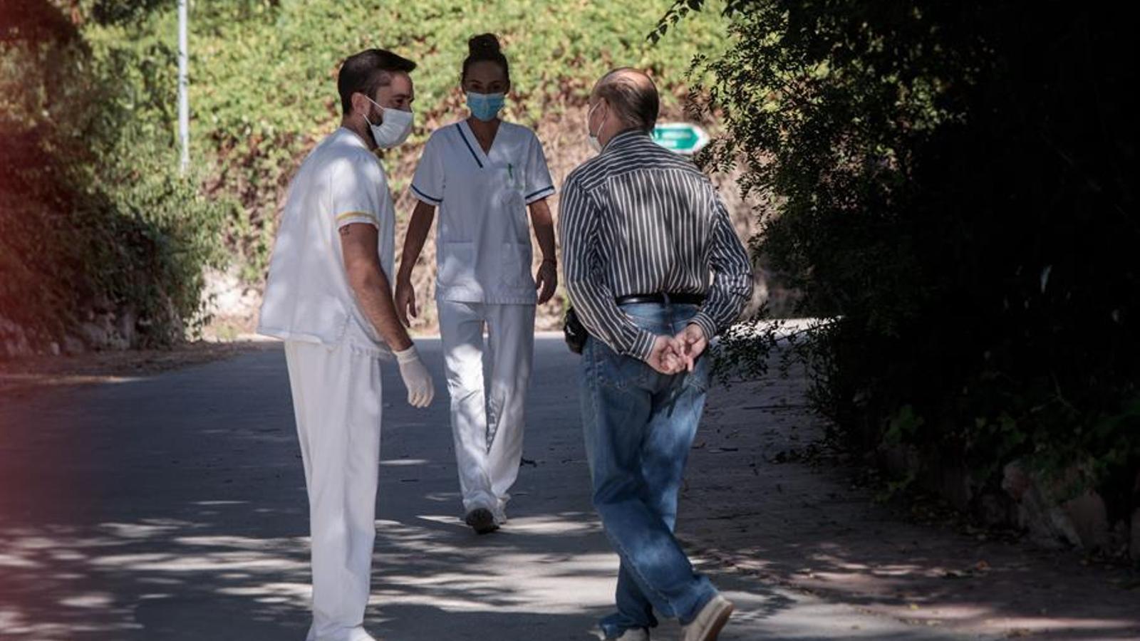 Diversos treballadors conversen amb un intern de la residència Domus VI de Lliria (València), on han aparegut unes imatges, pel que sembla gravades per una empleada del centre, en les quals s'observen suposats casos de maltractament. EFE/ Biel Aliño