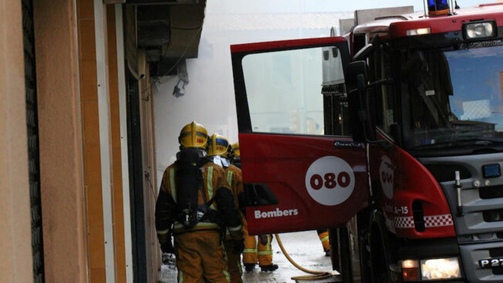 Els Bombers de Palma apagant un foc