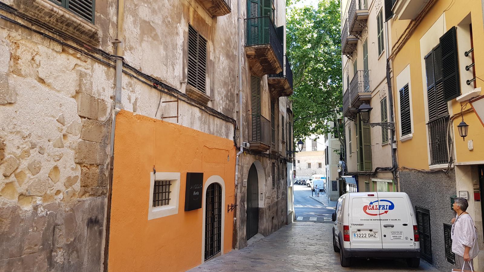 Façana pintada al carrer Caputxines