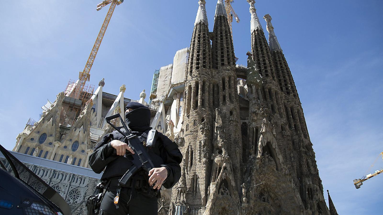 Un mosso en un operatiu de patrullatge preventiu antiterrorista a Barcelona.
