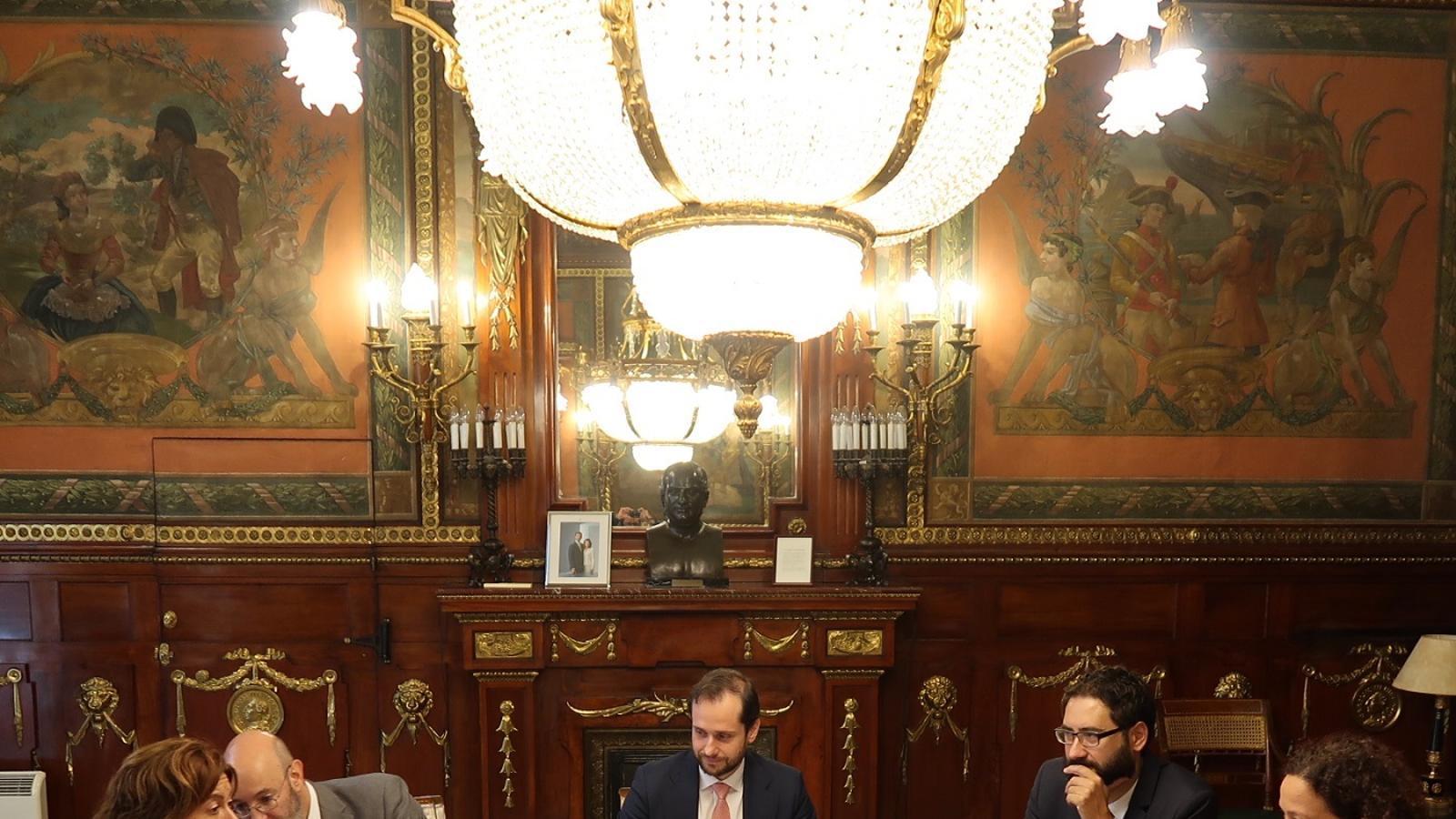 Declaracions de la consellera Cladera (1212.0 KB) Reunió entre la representació del Govern de les Illes Balears, encapçalada per la consellera Catalina Cladera, i la secretaria d'Estat d'Hisenda, Inés Bardón, juntament amb altres representants del Ministeri d'Hisenda.