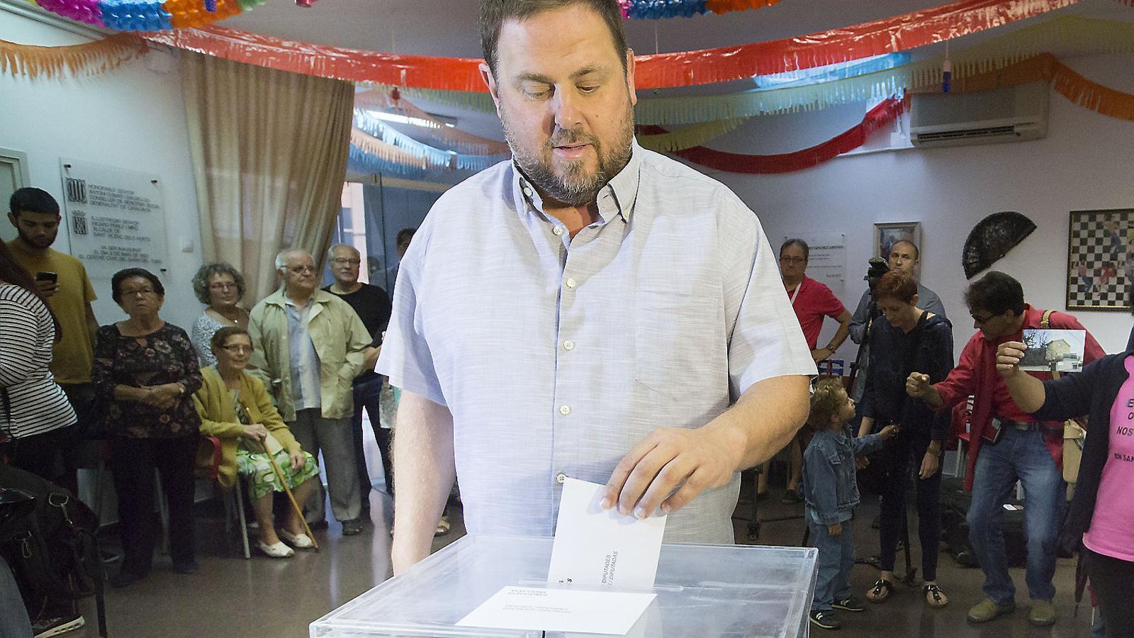 El president d'ERC, Oriol Junqueras, votant en les eleccions del 27 de setembre del 2015.