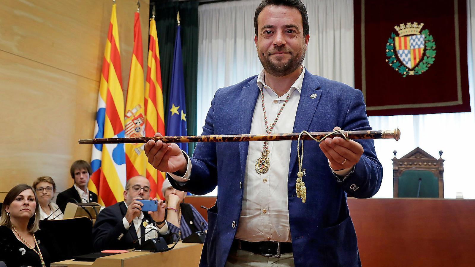L'alcalde de Badalona, Álex Pastor, amb la vara que simbolitza el poder municipal.