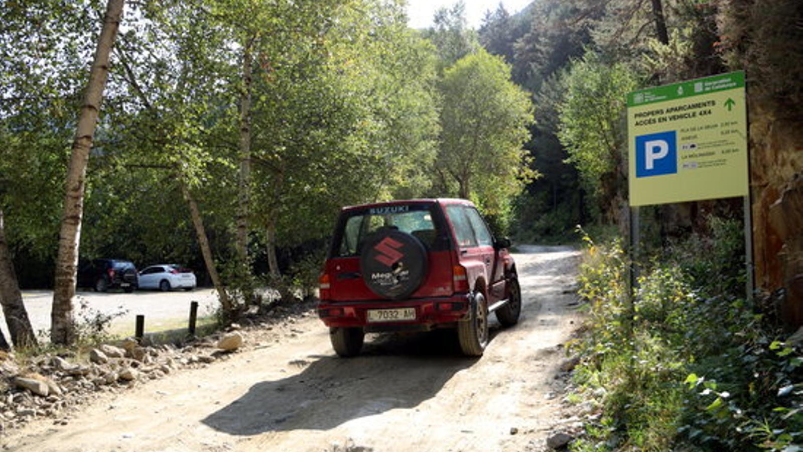 Un vehicle circulant a la zona de la Molinassa. / ACN