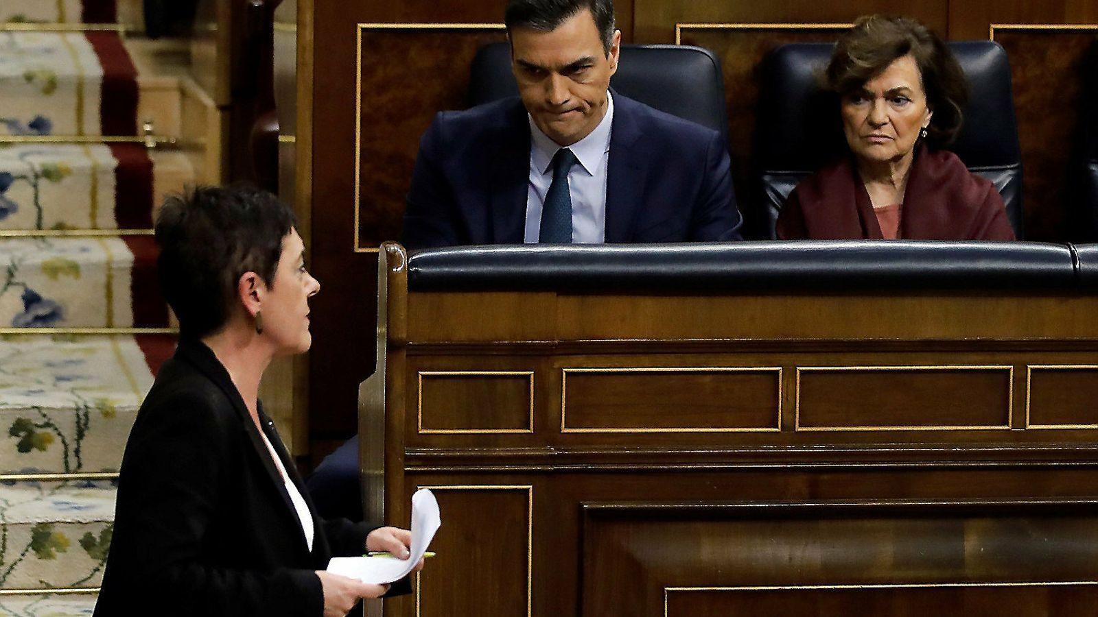 La portaveu d'EH Bildu al Congrés, Mertxe Aizpurua, i el president espanyol, Pedro Sánchez, mirant-se en una imatge d'arxiu.