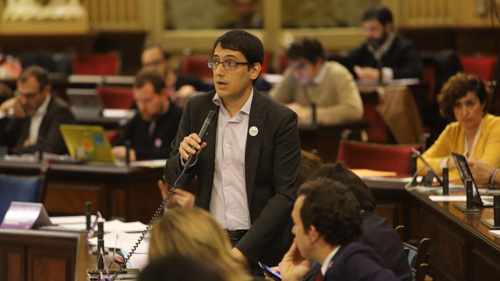 El conseller de Treball, Iago Negueruela, en el Parlament.