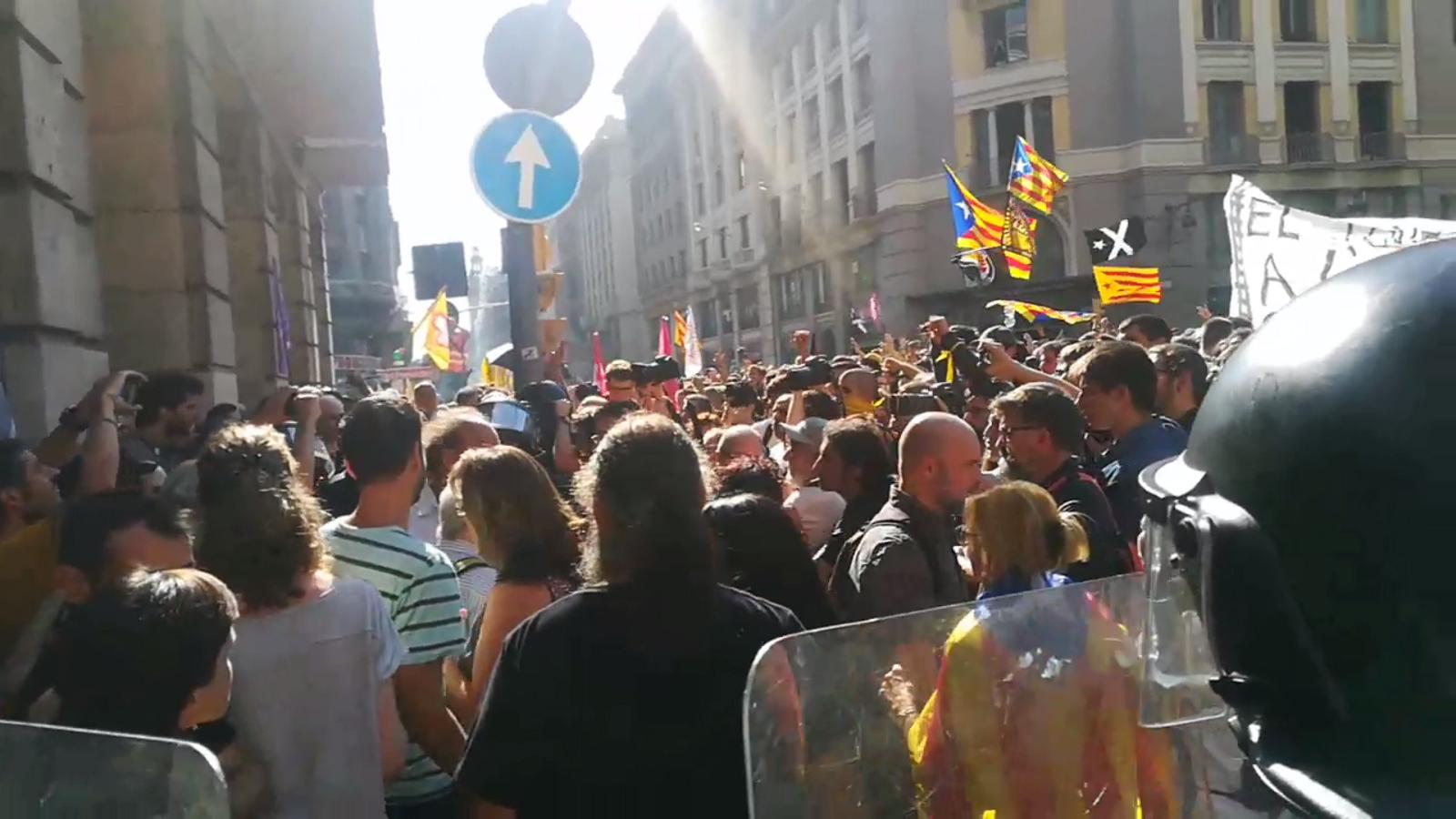 Moments de màxima tensió quan una manifestant amb una bandera espanyola ha aparegut a la concentració independentista