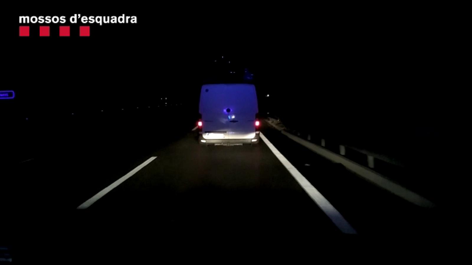 Una patrulla de trànsit va veure una furgoneta que circulava a 50 km/h per l'autopista