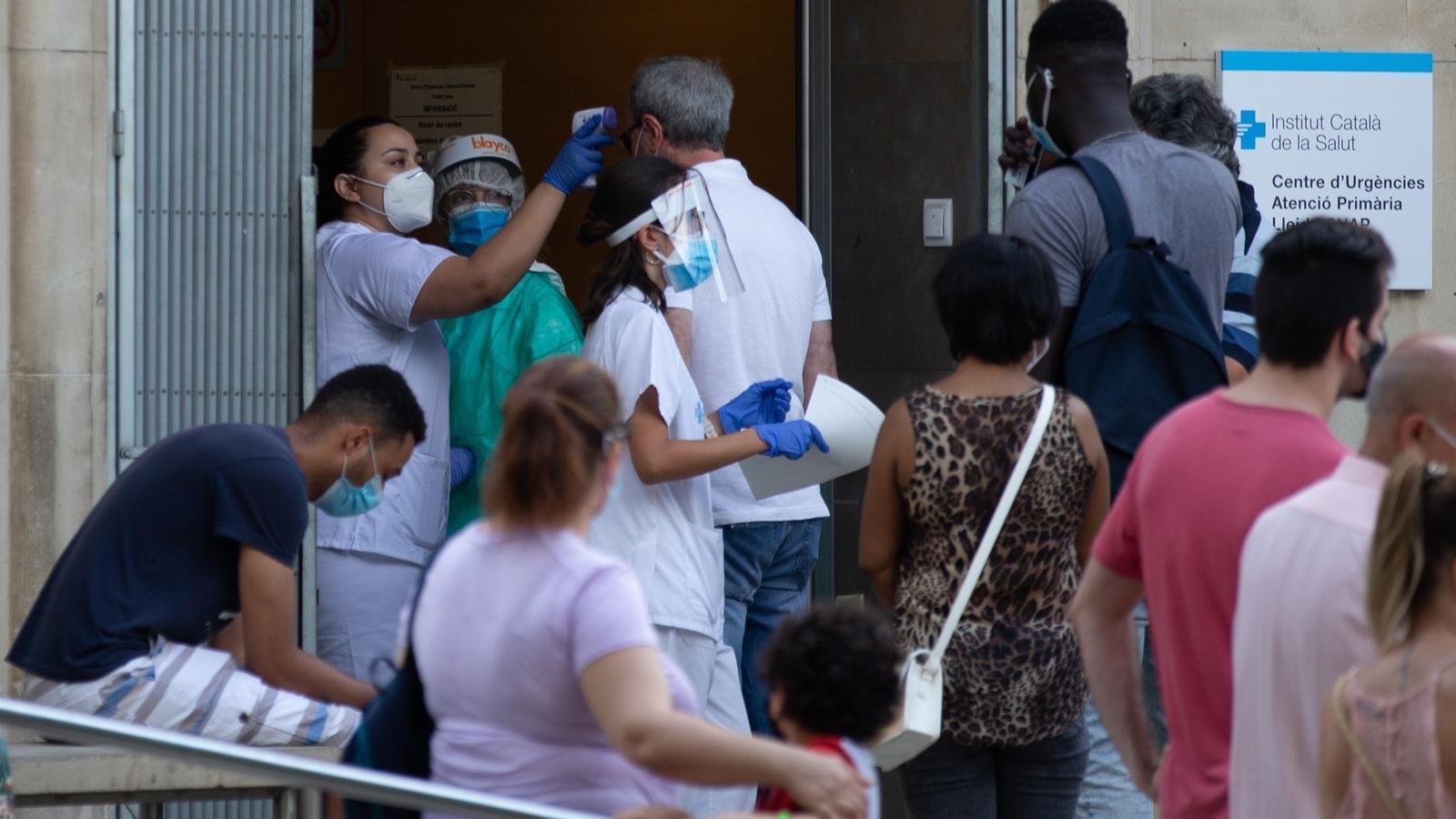 Una infermera comprova la temperatura a l'entrada d'un CAP de Lleida.