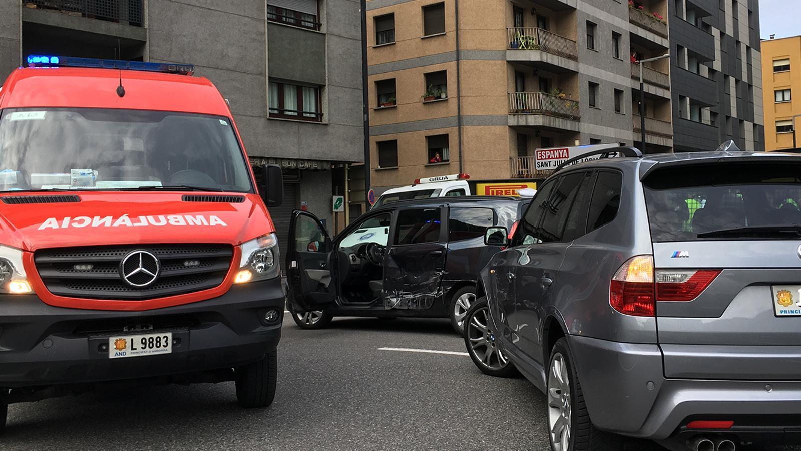 Estat dels dos vehicles després de la topada. / L. M. (ANA)