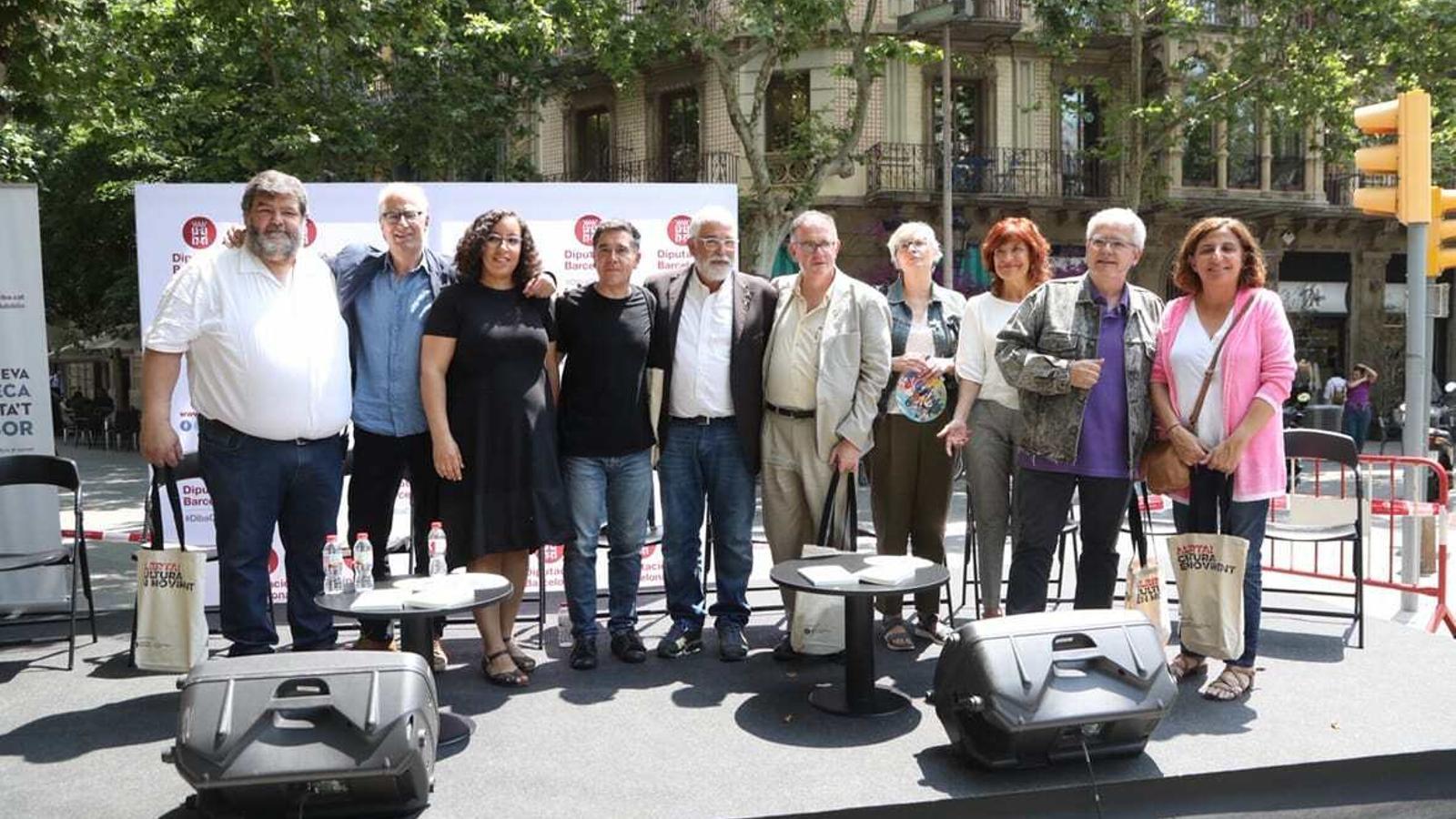 Martí Pujol i alguns dels autors del volum 'L'Illa dels Tresors' aquest dimecres al matí