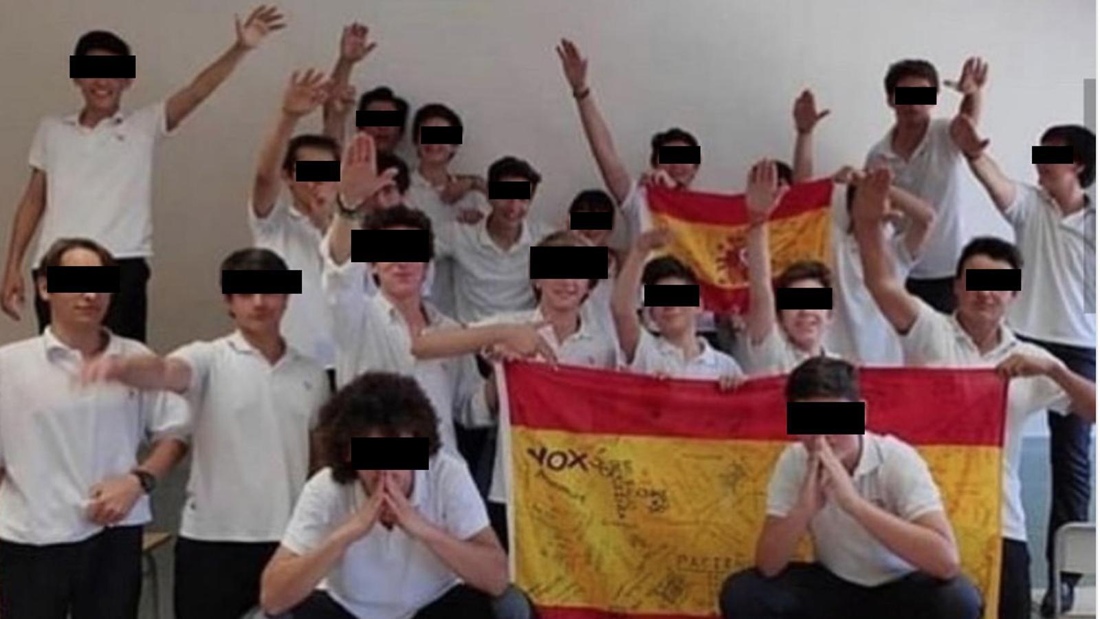 Alumnes del col·legi Llaüt de Palma fan la salutació feixista darrere de dues banderes d'Espanya