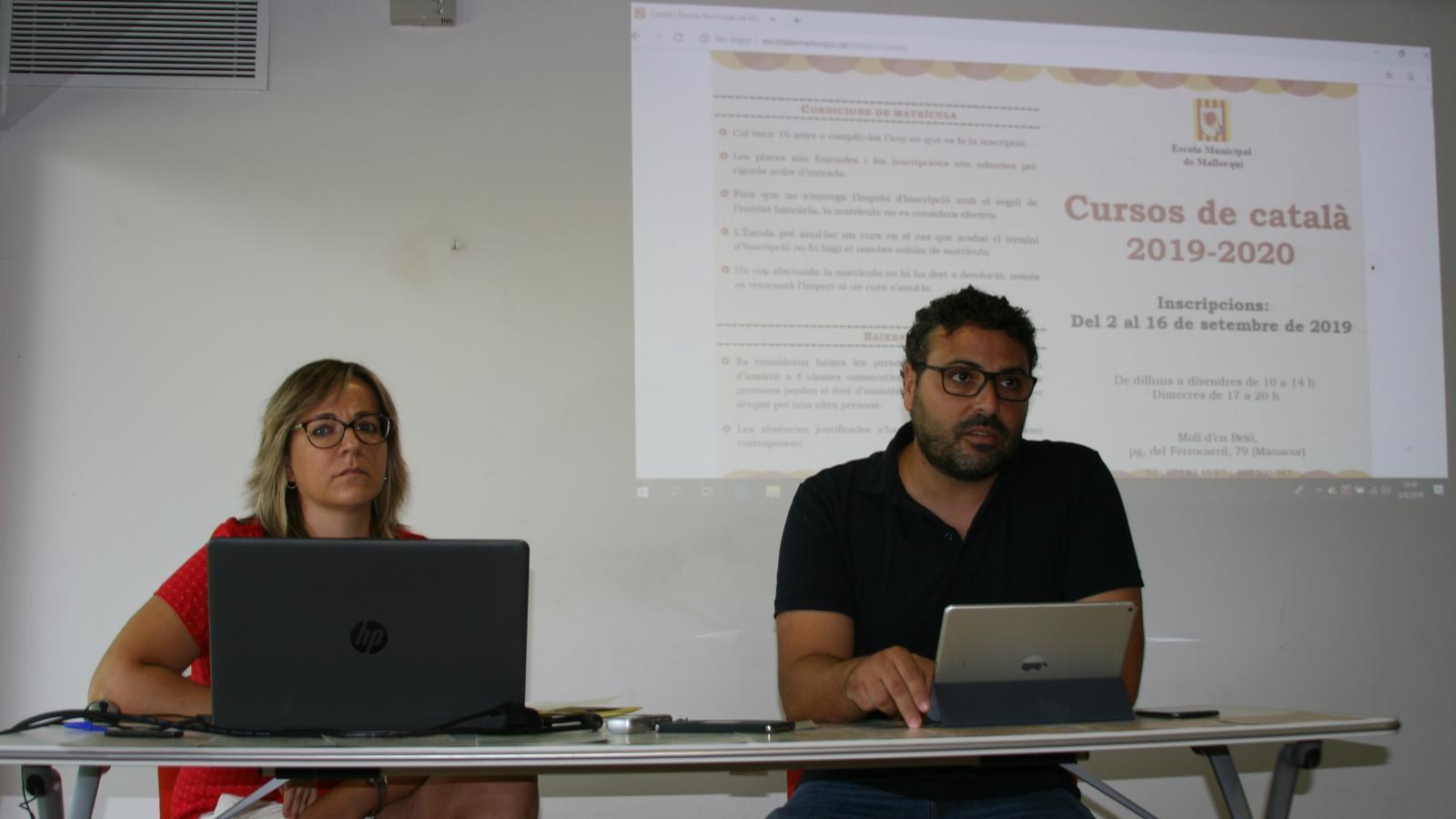 Emma Terés i Sebastià Llodrà explicant l'oferta de l'Escola de Mallorca per al nou curs.