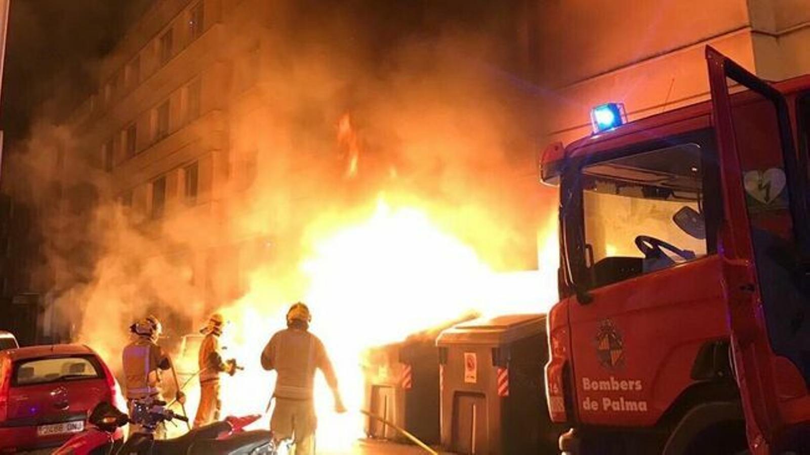 Atribueixen a l'incendiari detingut diumenge passat la crema de 14 contenidors a Palma