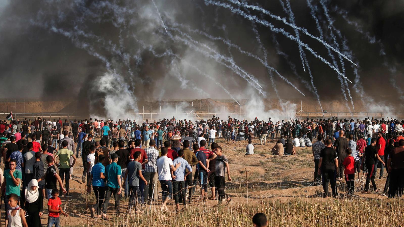 Una multitud es manifestava ahir a la frontera de Gaza davant l'exèrcit israelià, que disparava llaunes de gasos lacrimògens.