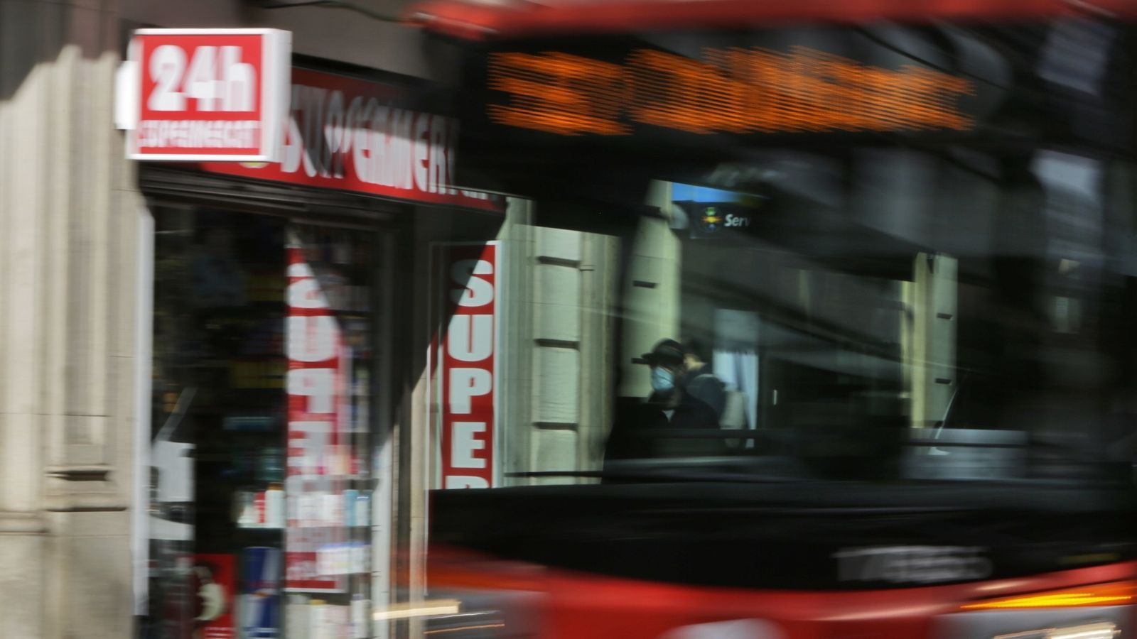 Entra en vigor l'obligació de tancar els comerços 24 h a les deu de la nit