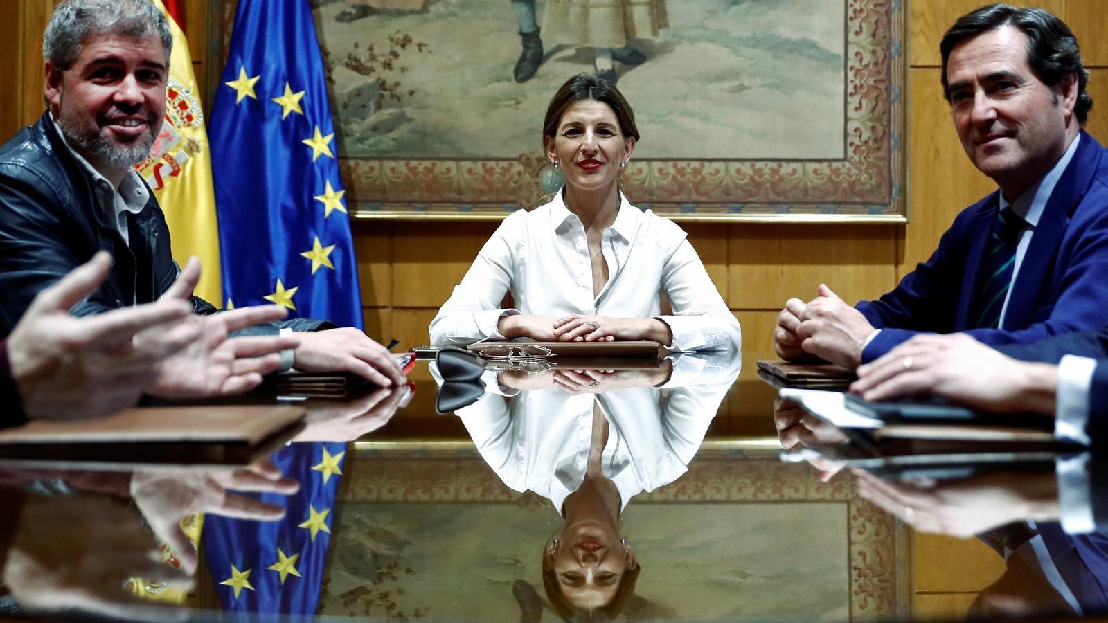 La ministra de Treball, Yolanda Díaz, amb els representants dels sindicats i dels empresaris en la reunió avui a Madrid.