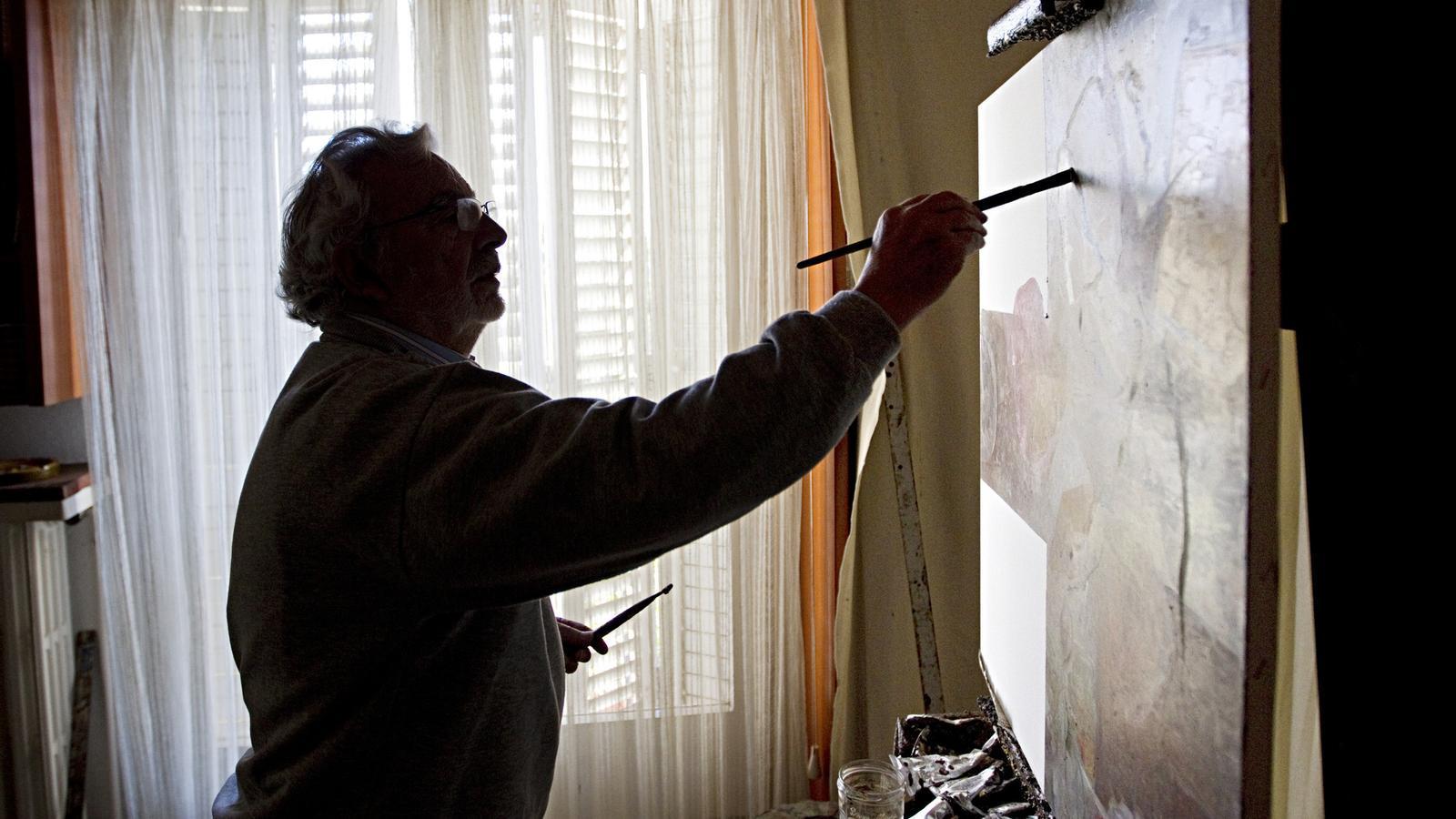 El pintor Àlvar Suñol treballa al seu estudi de Tiana