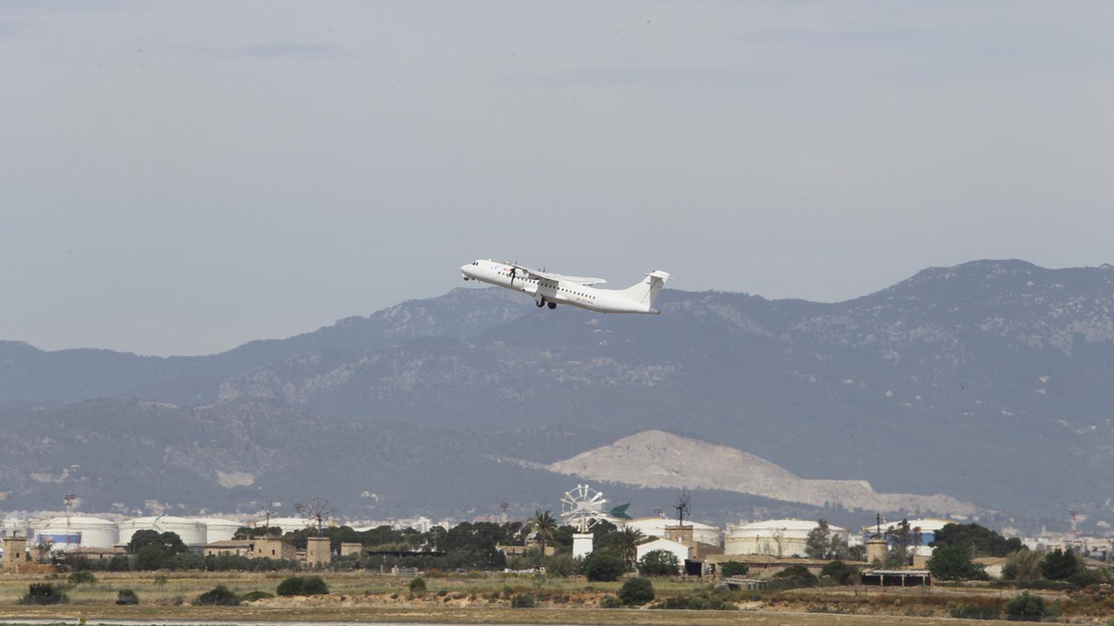 Primer vol interilles d'Air Europa enlairant-se a Son Sant Joan aquest dematí. / I. BUJ