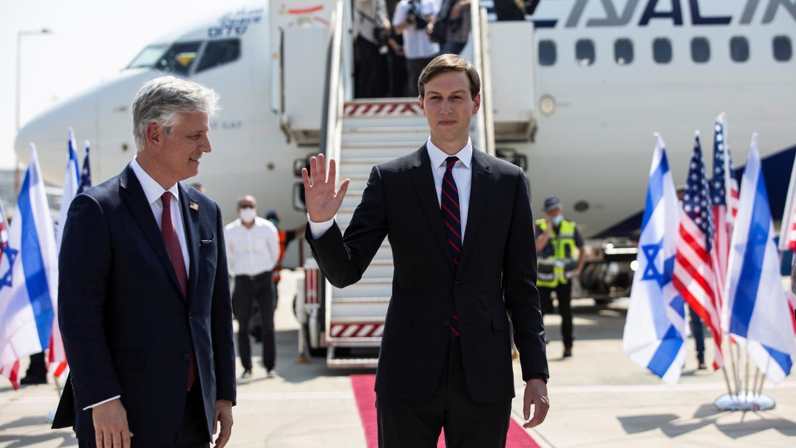 L'assessor i gendre de Donald Trump, Jared Kushner, saluda abans de pujar a l'avió a Tel Aviv