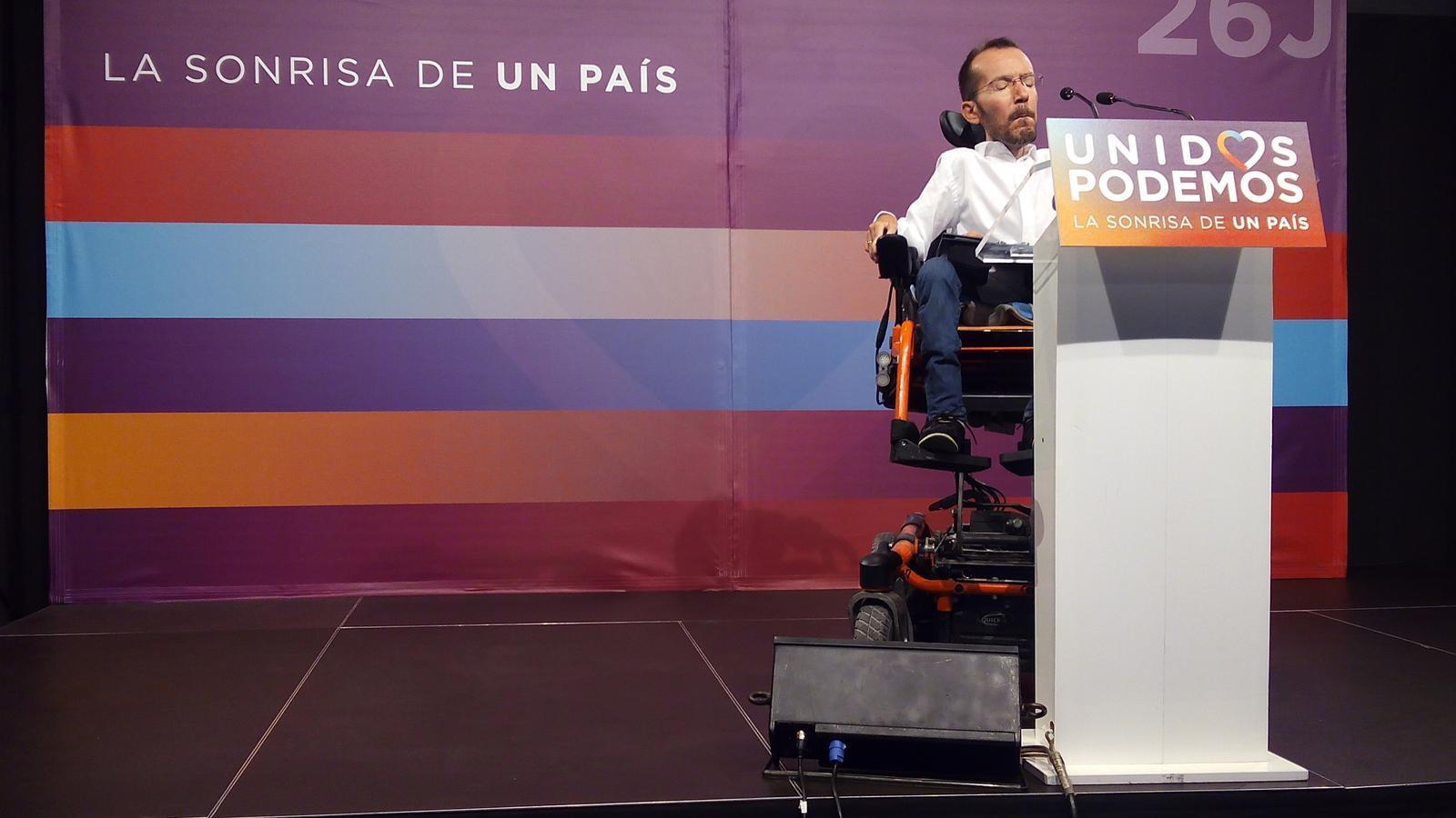El secretari d'organització d'Units Podem, Pablo Echenique, durant la roda de premsa per valorar els resultats després de la reunió de l'executiva del partit. El 21 de desembre va sortir Pablo Iglesias, aquest dilluns ha marxat per la porta del darrere. M.F.F.