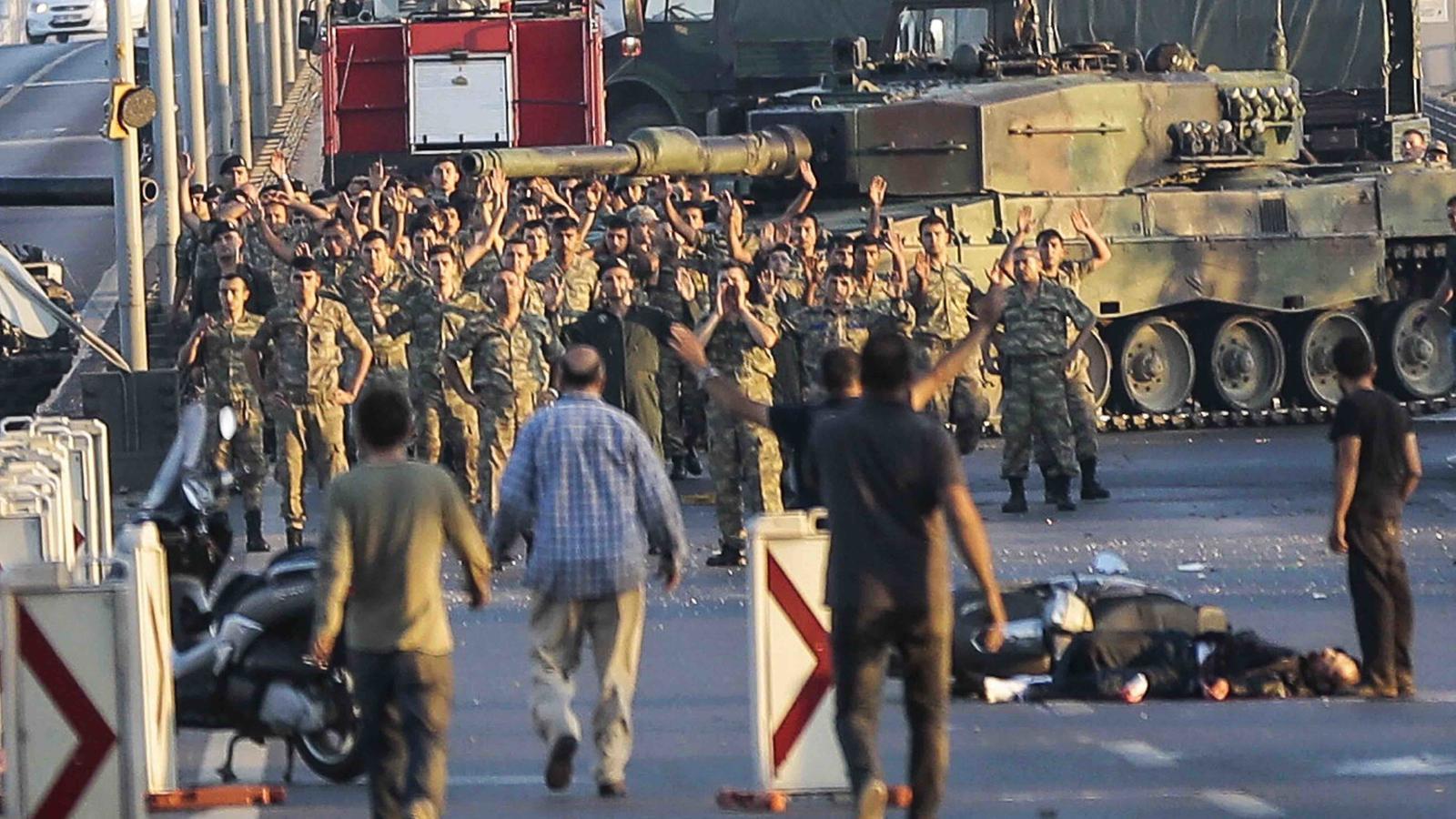 Els turcs aturen al carrer el cop d'estat contra Erdogan