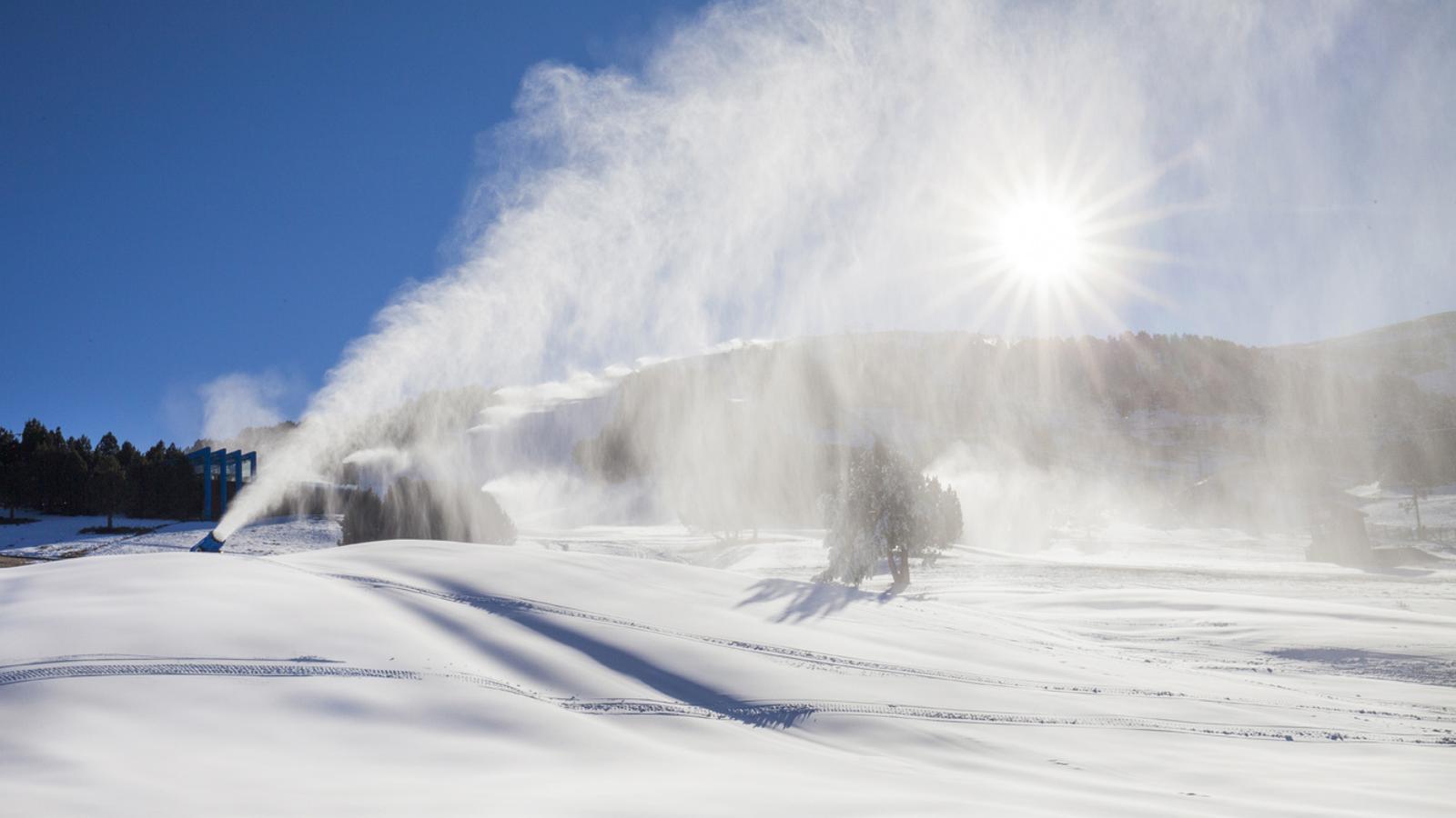 Canons de neu en ple funcionament a Grandvalira. / GRANDVALIRA
