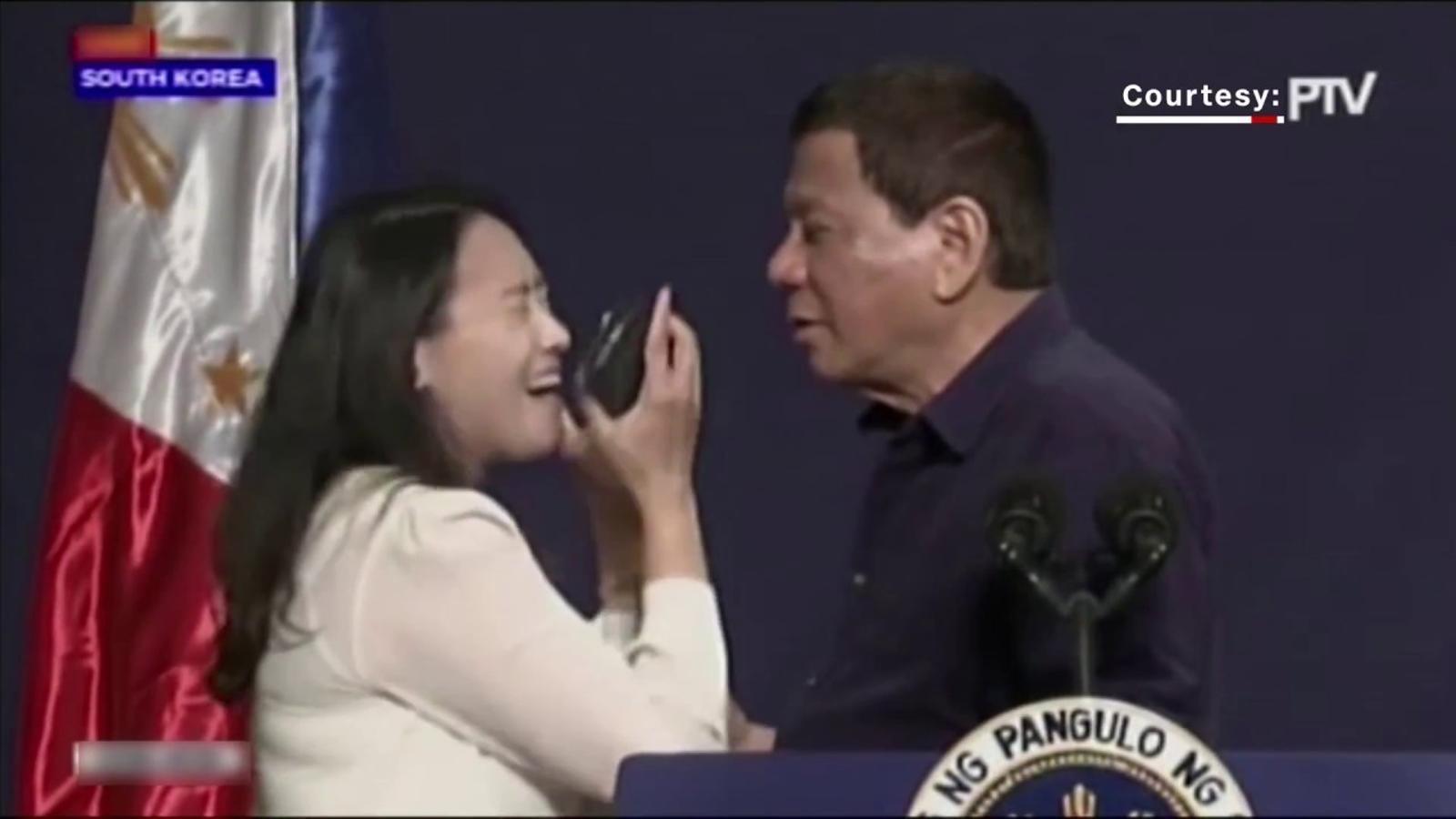 El polèmic petó a la boca de Duterte a una treballadora filipina