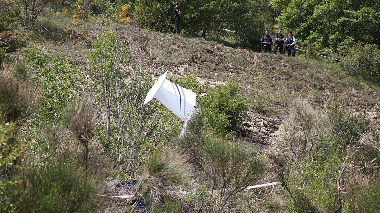L'ultralleuger que s'ha estavellat amb la part davantera contra el terra, a pocs metres de la pista de l'aeroport Andorra-la Seu. / M. M. (ANA)
