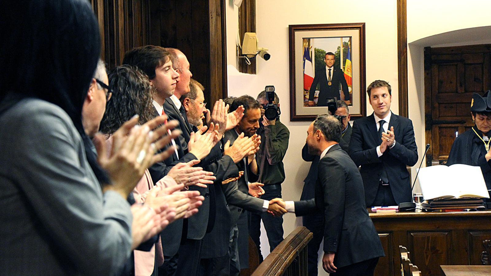 El nou cap de Govern, Xavier Espot, dona la mà al cap de l'oposició, Pere López. / M. M. (ANA)