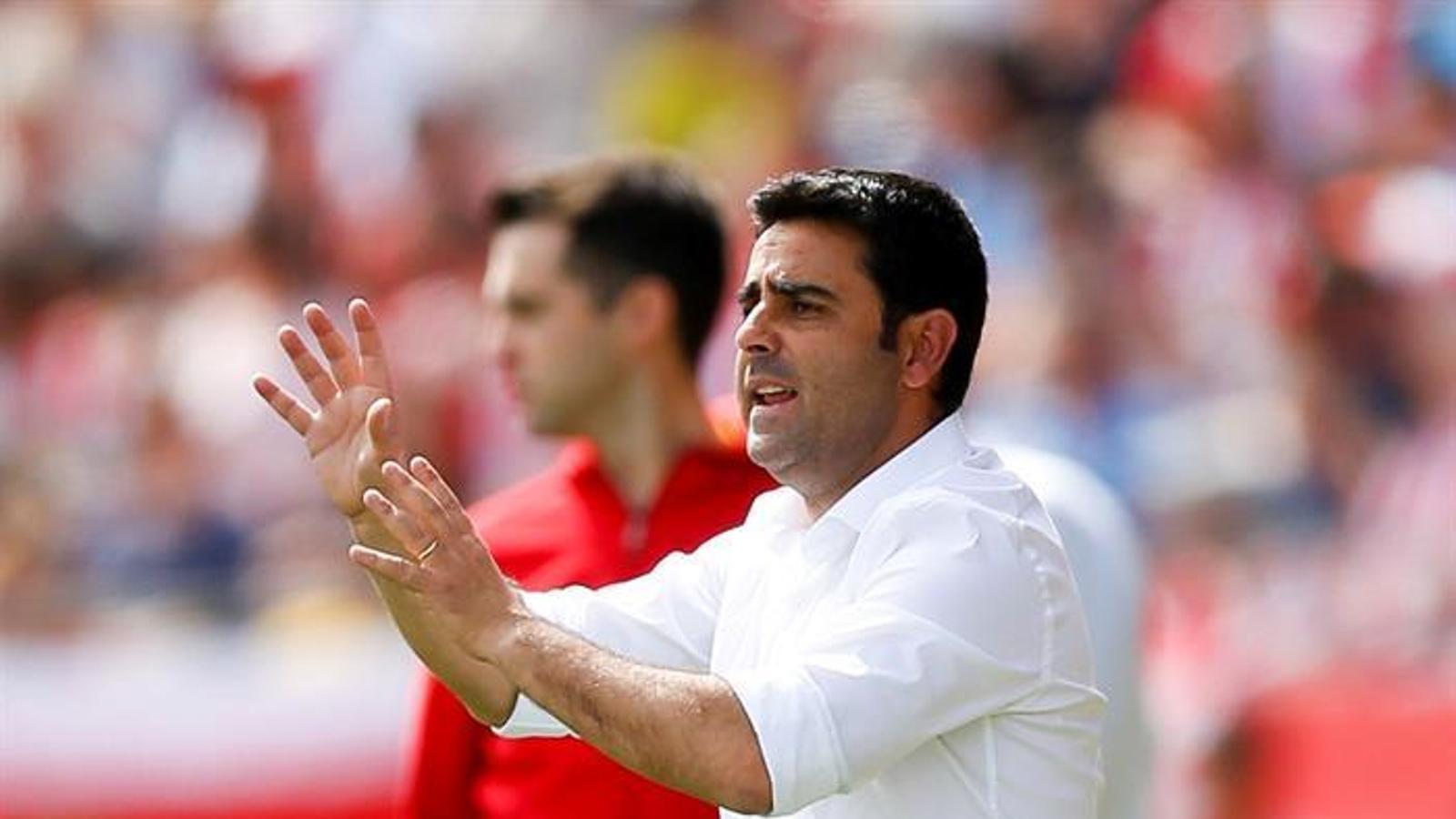 David Gallego dona indicacions en la seva estrena en la banqueta a Primera Divisió