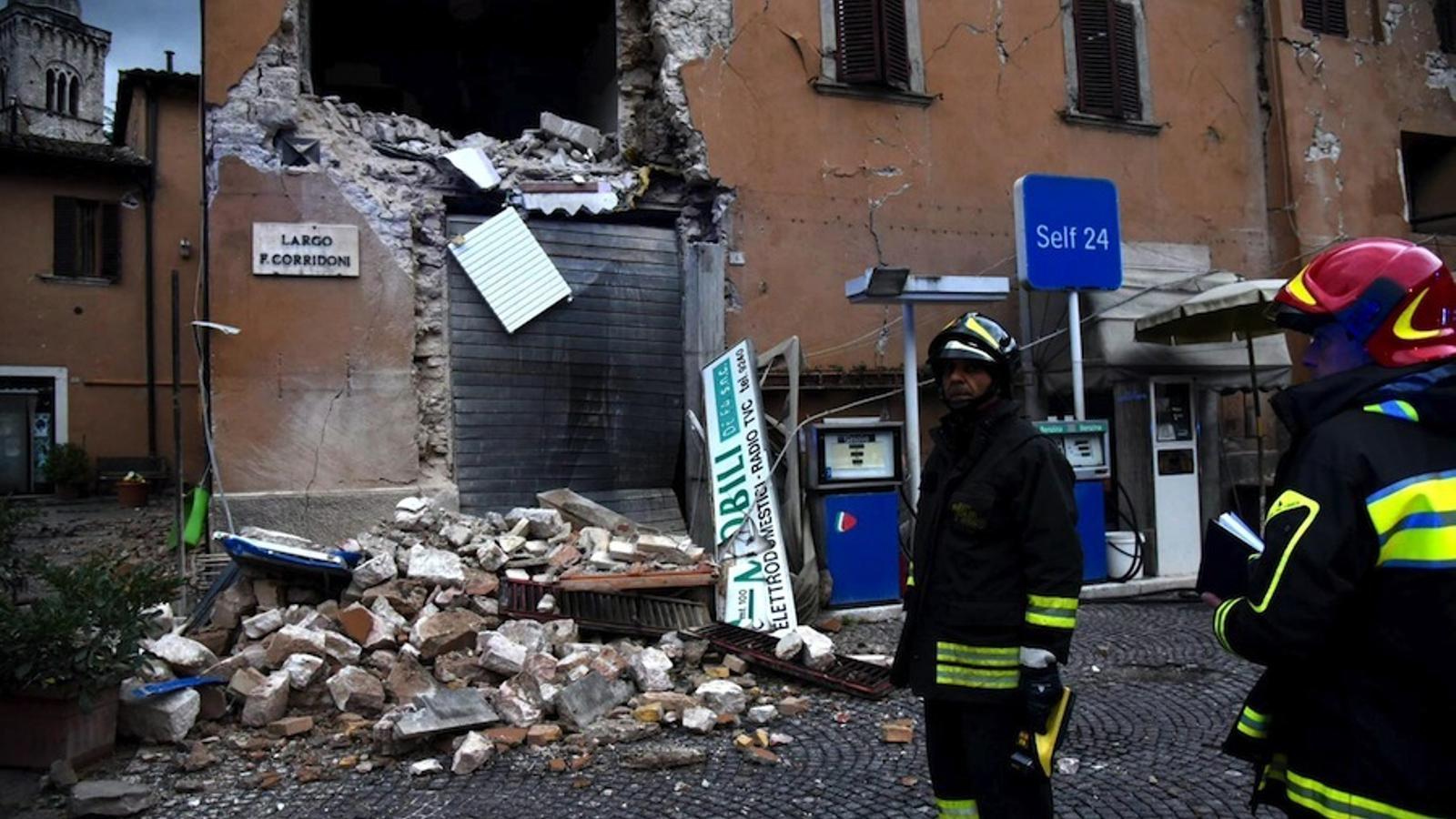 Bombers inspeccionen un edifici a Visso, Italia.