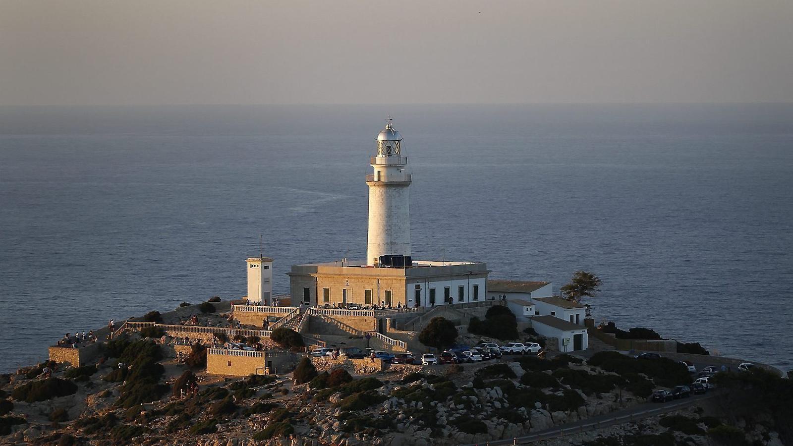 El de Formentor és un dels fars que el Consell de Mallorca estudia convertir en refugi quan acabi la concessió amb l'empresa que hi gestiona la cafeteria ara. / CLARA MARGAIS