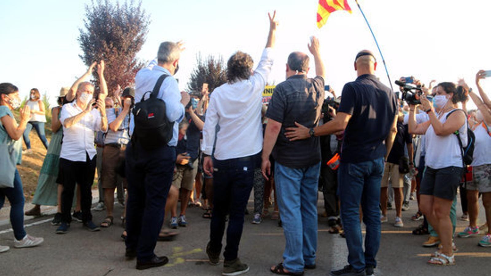 D'esquerra a dreta, Quim Forn, Jordi Cuixart, Oriol Junqueras i Raül Romeva, saludant a la gent minuts abans d'entrar a la presó de Lledoners sense el tercer grau