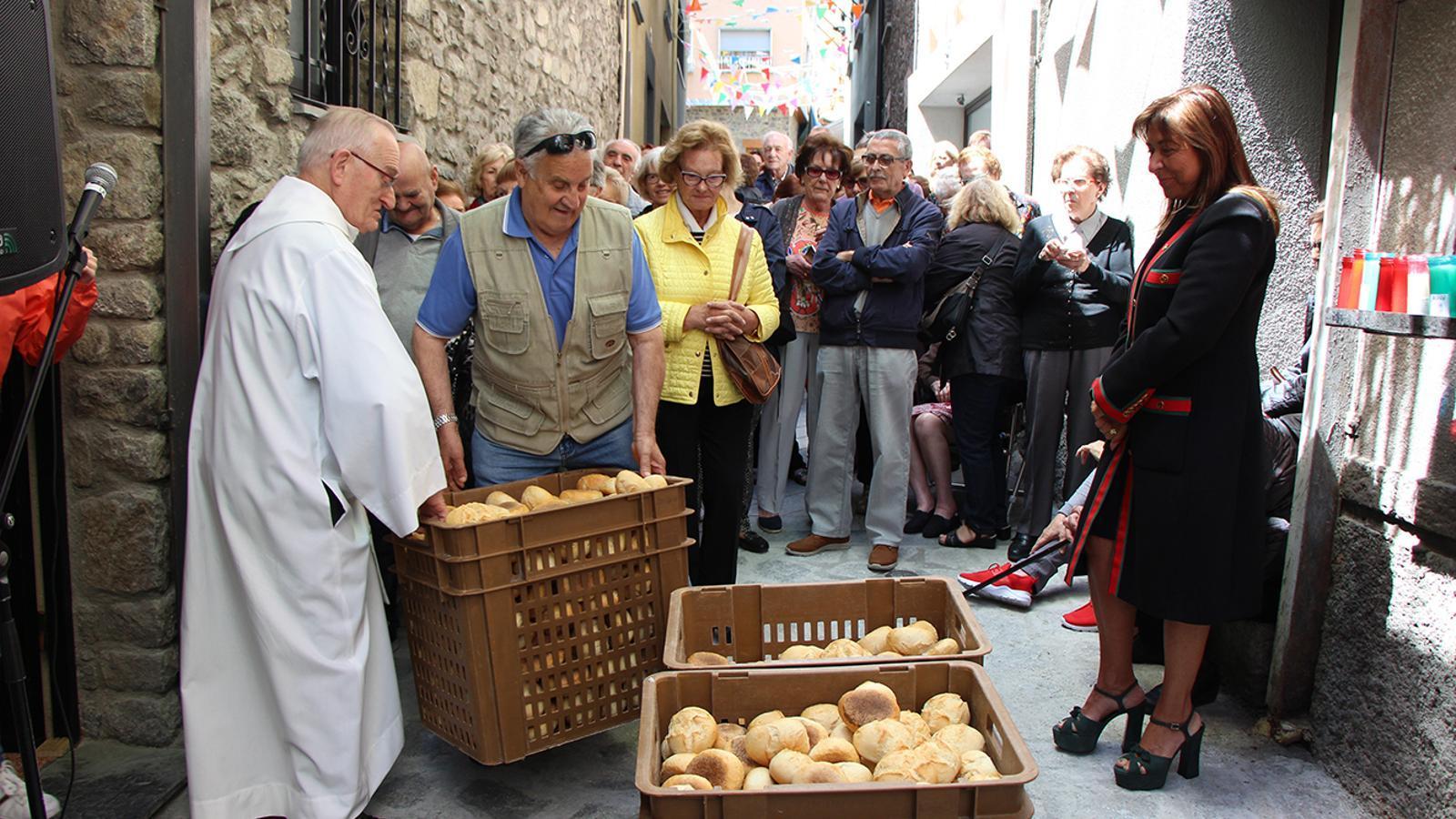 La cònsol d'Andorra la Vella, Conxita Marsol, just abans del repartiment de pans al barri del Puial. / C. G. (ANA)
