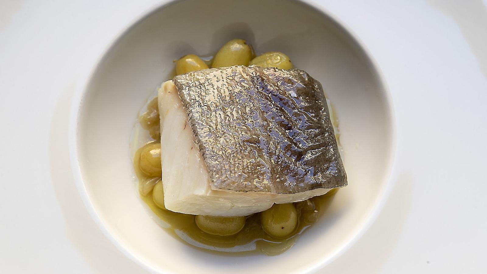 El menú de verema del restaurant El Dinou. De primer, coca amb foie, bolets i raïm (01); de segon, bacallà amb raïm (02), i, de postres, un pastís selva negra amb confitura de raïm (03).  La xef Núria Lucas al menjador del restaurant  El Dinou, a Vilanova i la Geltrú.