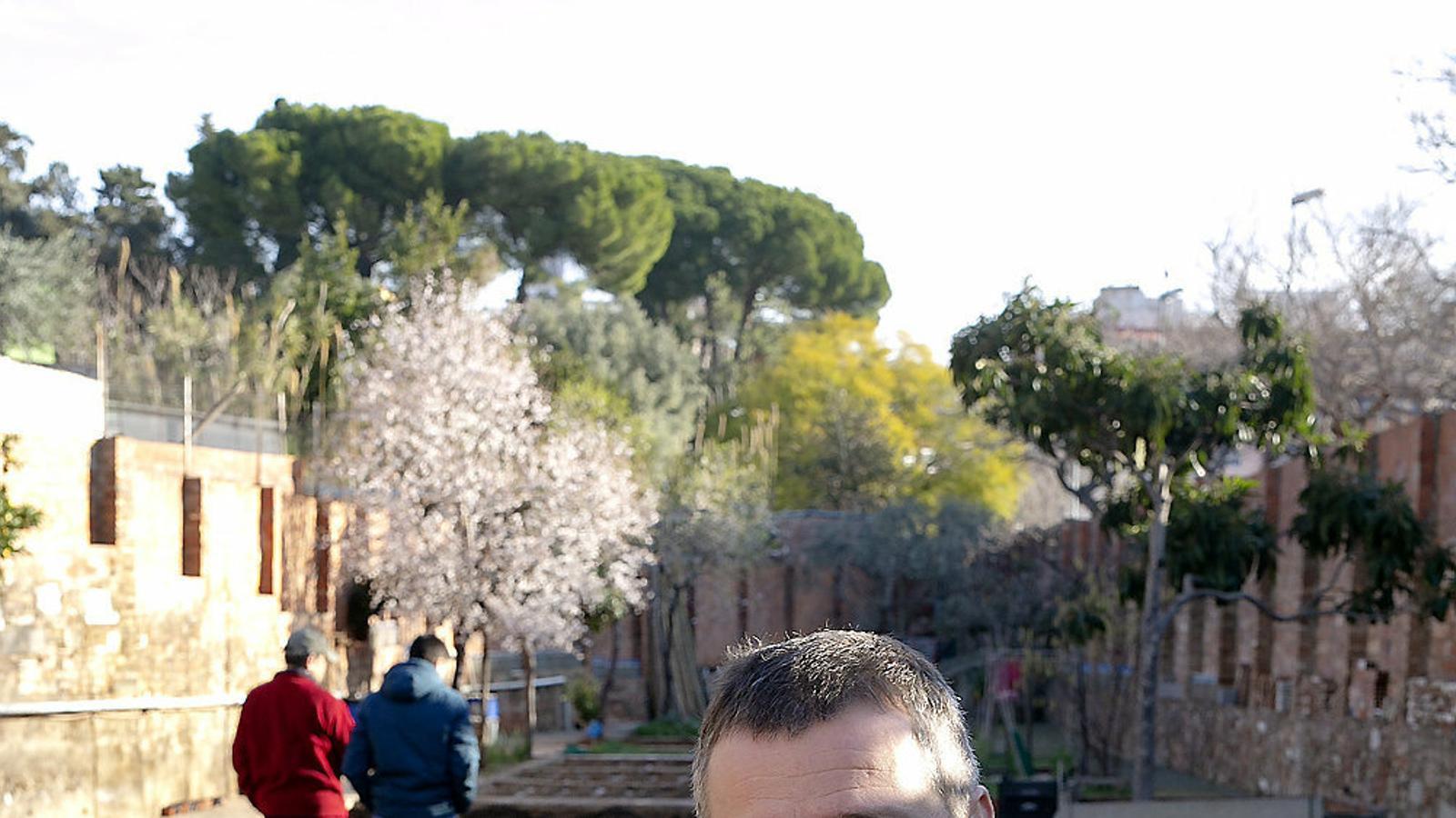 Marc Piquer al davant dels horts de Ca l'Eudald, una masia d'Horta ubicada a la part baixa del carrer Llobregós.