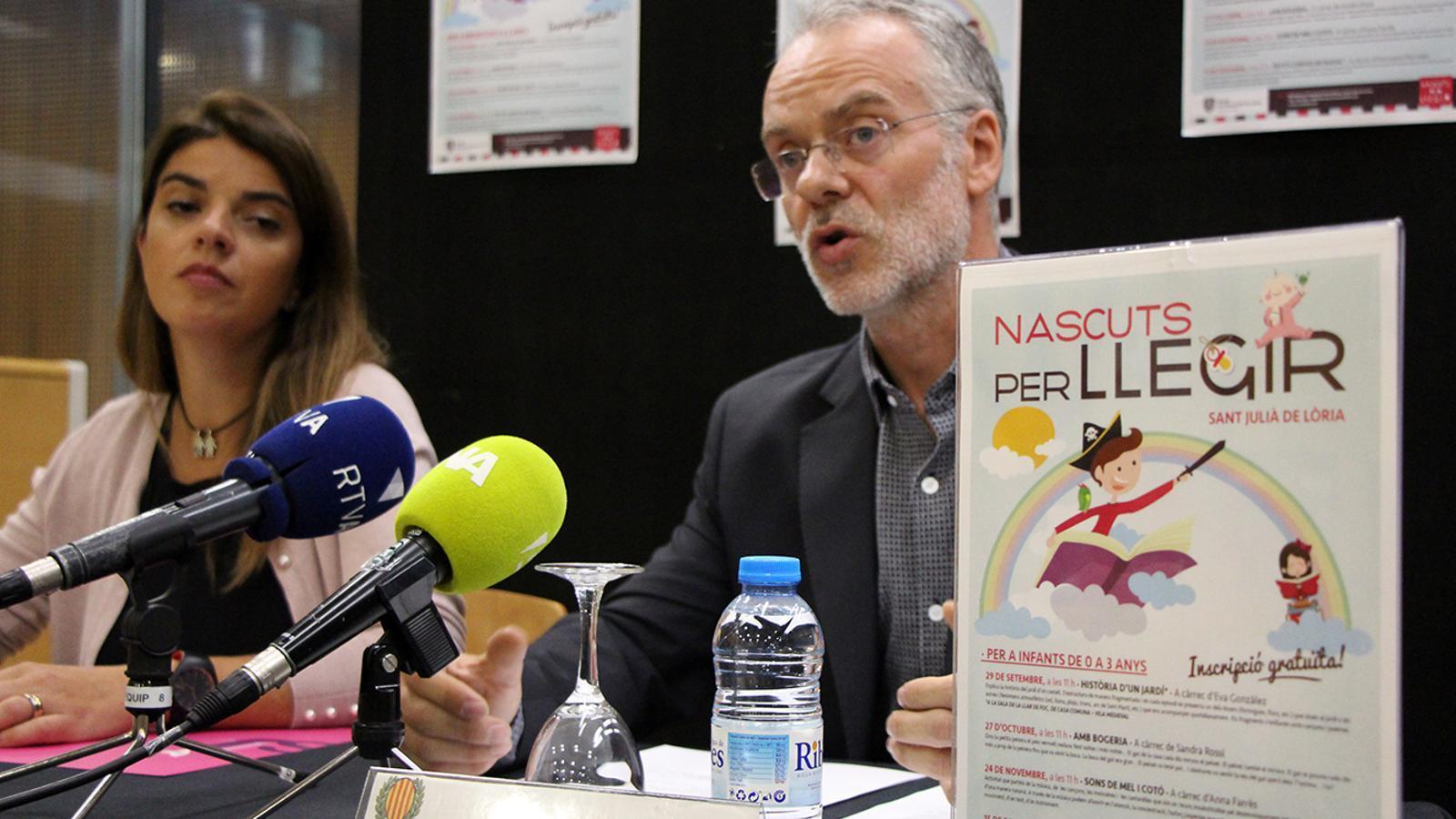 La responsable de la biblioteca, Beth Gil, i el conseller de Cultura, Josep Roig, durant la roda de premsa de presentació del nou cicle de Nascuts per llegir. / M. M. (ANA)