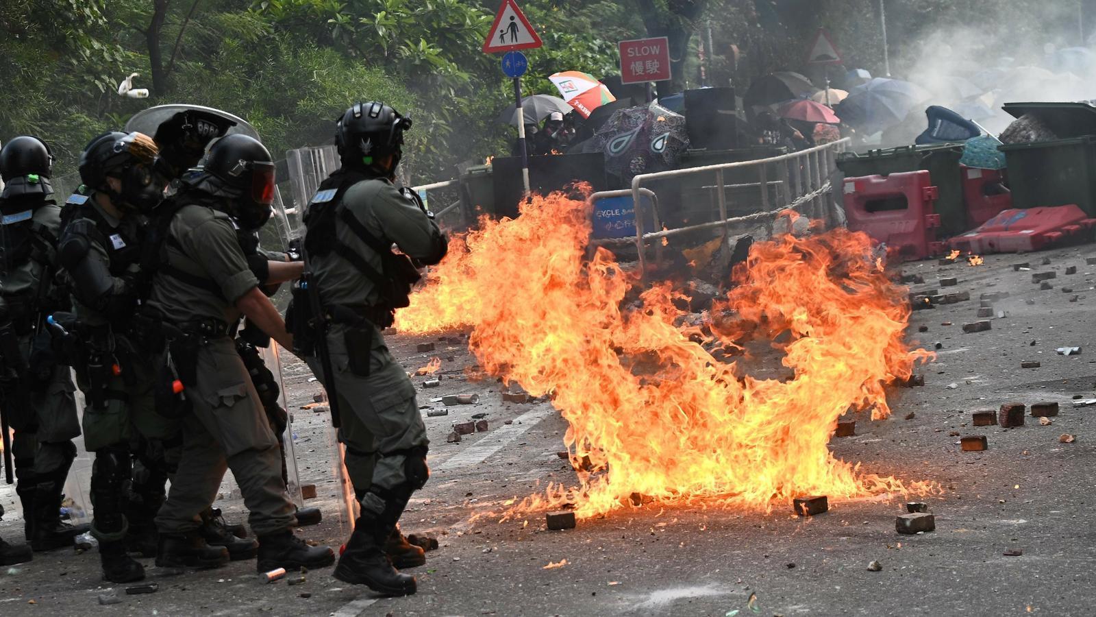 La policia de Hong Kong ruixa amb gas pebre una dona embarassada