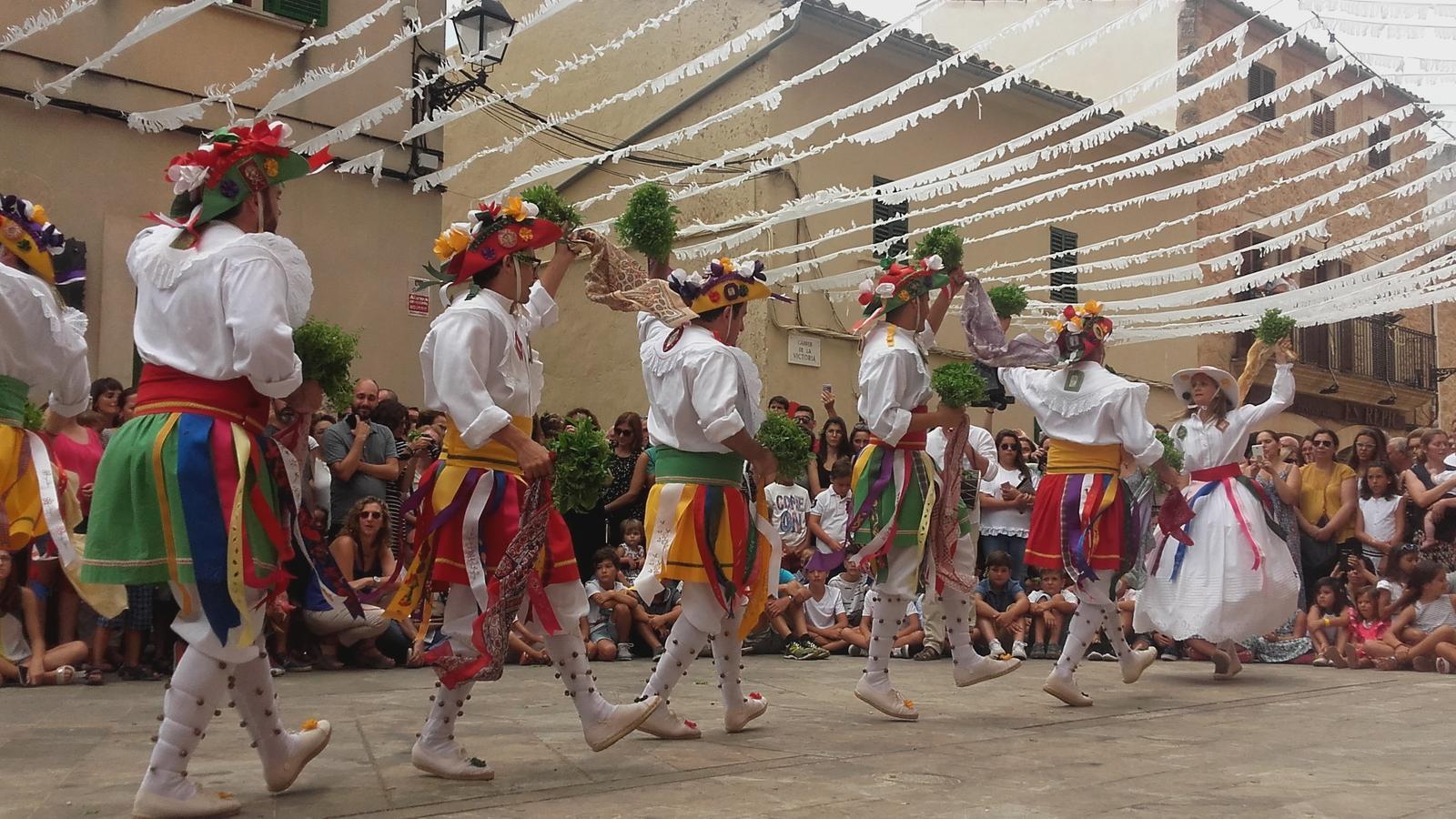 Els Cossiers d'Algaida acompanyen la festa de Sant Jaume amb saba nova