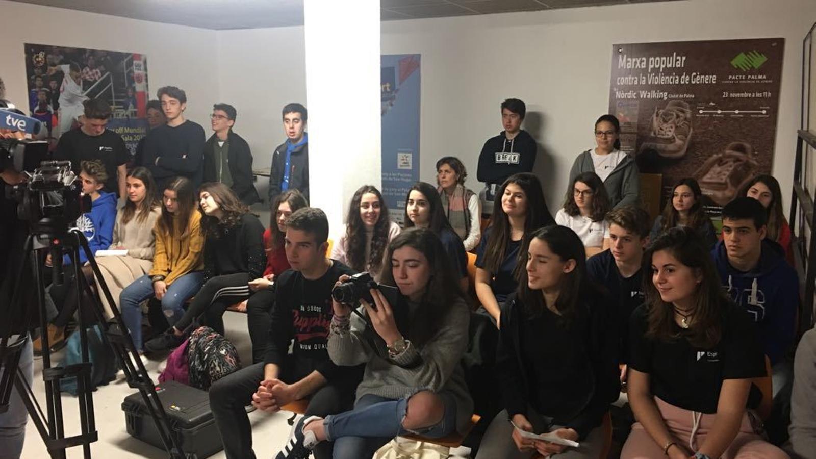 Alumnes de Col·legi La Salle de Palma fan de periodistes amb el Palma Futsal