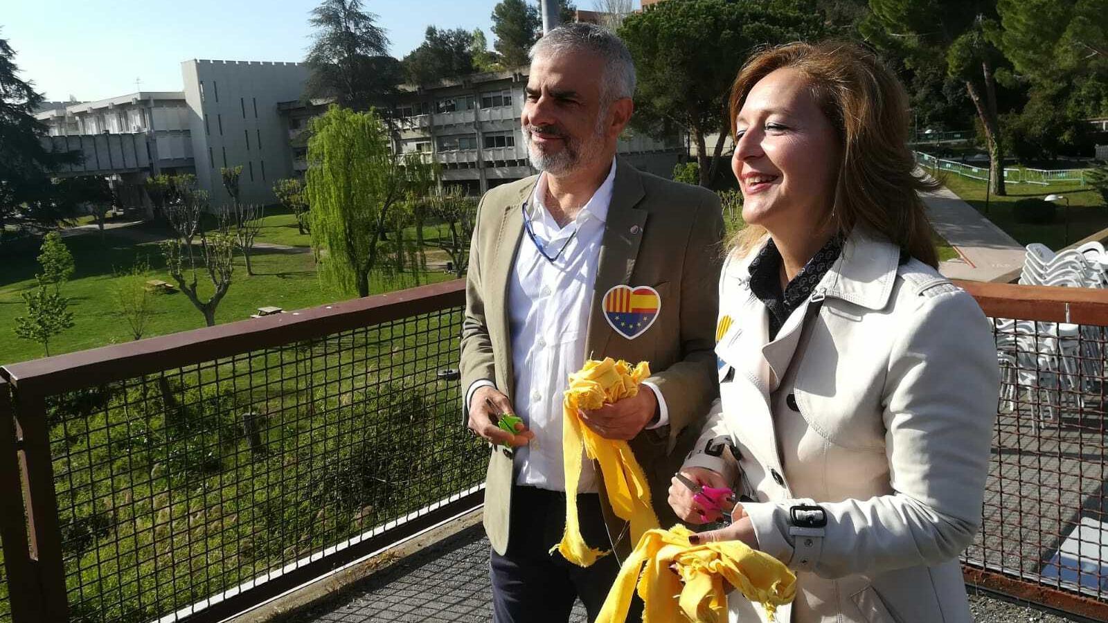 El grup parlamentari de Ciutadans va fins a la UAB per retirar els llaços grocs de la plaça Cívica