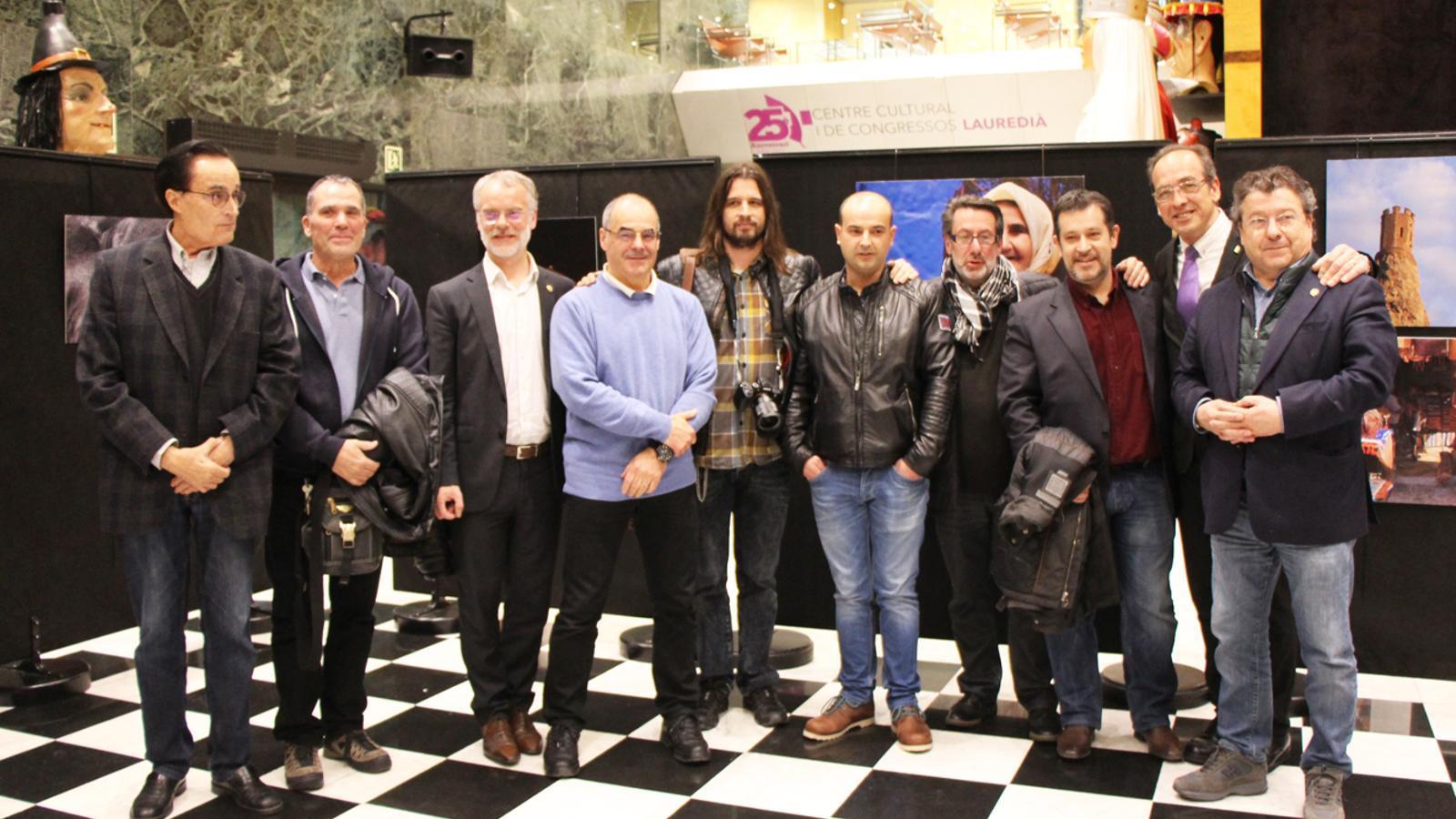 Fotografia de grup dels participants a l'exposició col·lectiva, amb el conseller de Cultura del comú de Sant Julià de Lòria, Josep Roig (el tercer per l'esquerra). / E. J. M. (ANA)