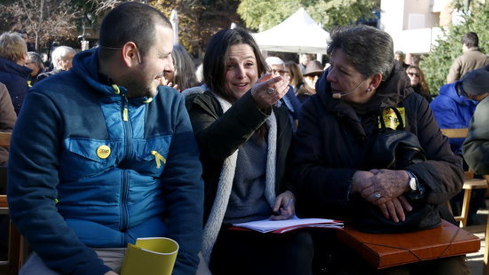 Aitor Blanc, Maria Sirvent i Gabriela Serra abans del míting de la CUP a Santa Coloma de Gramenet